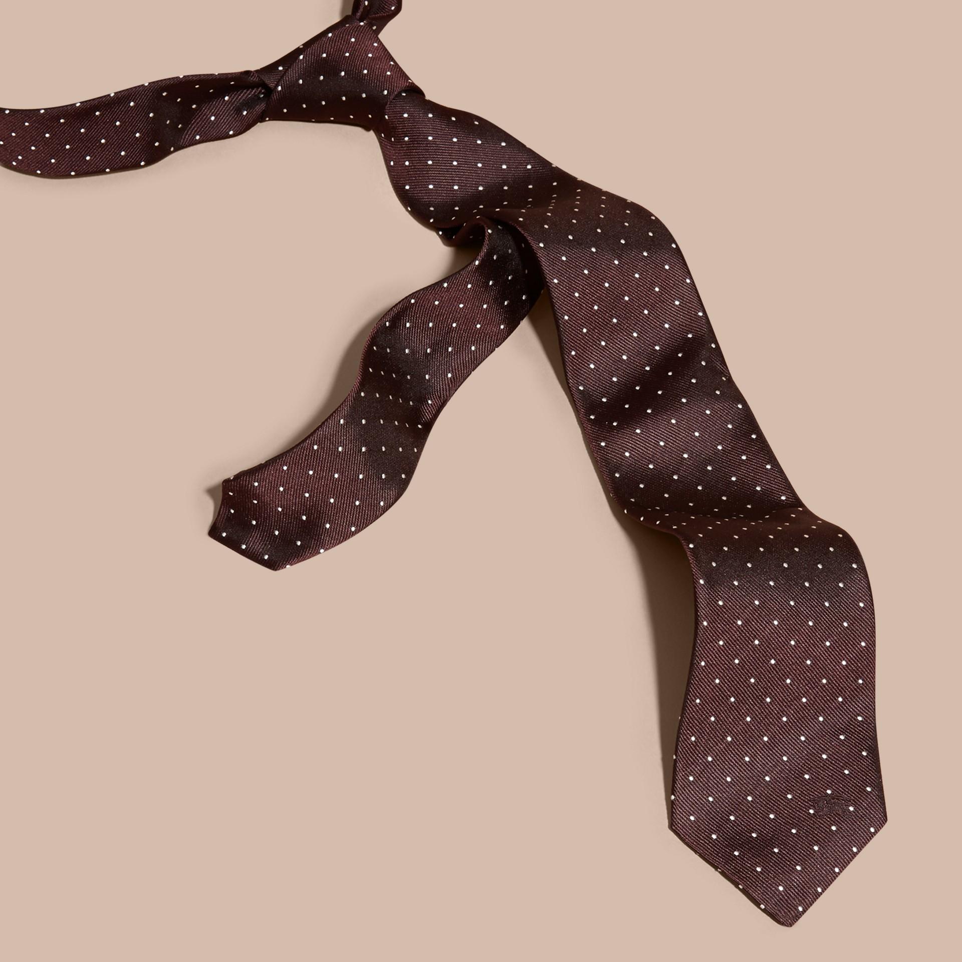 Vermelho claret Gravata de sarja de seda com estampa de poás e corte moderno - galeria de imagens 3
