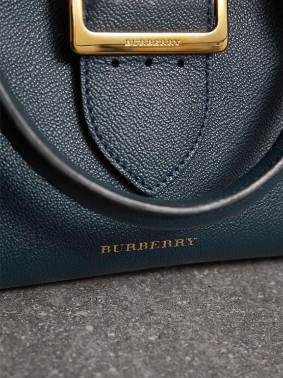 Bolsa tote Buckle de couro granulado - Pequena (Azul Carbono) - Mulheres | Burberry - cell image 1