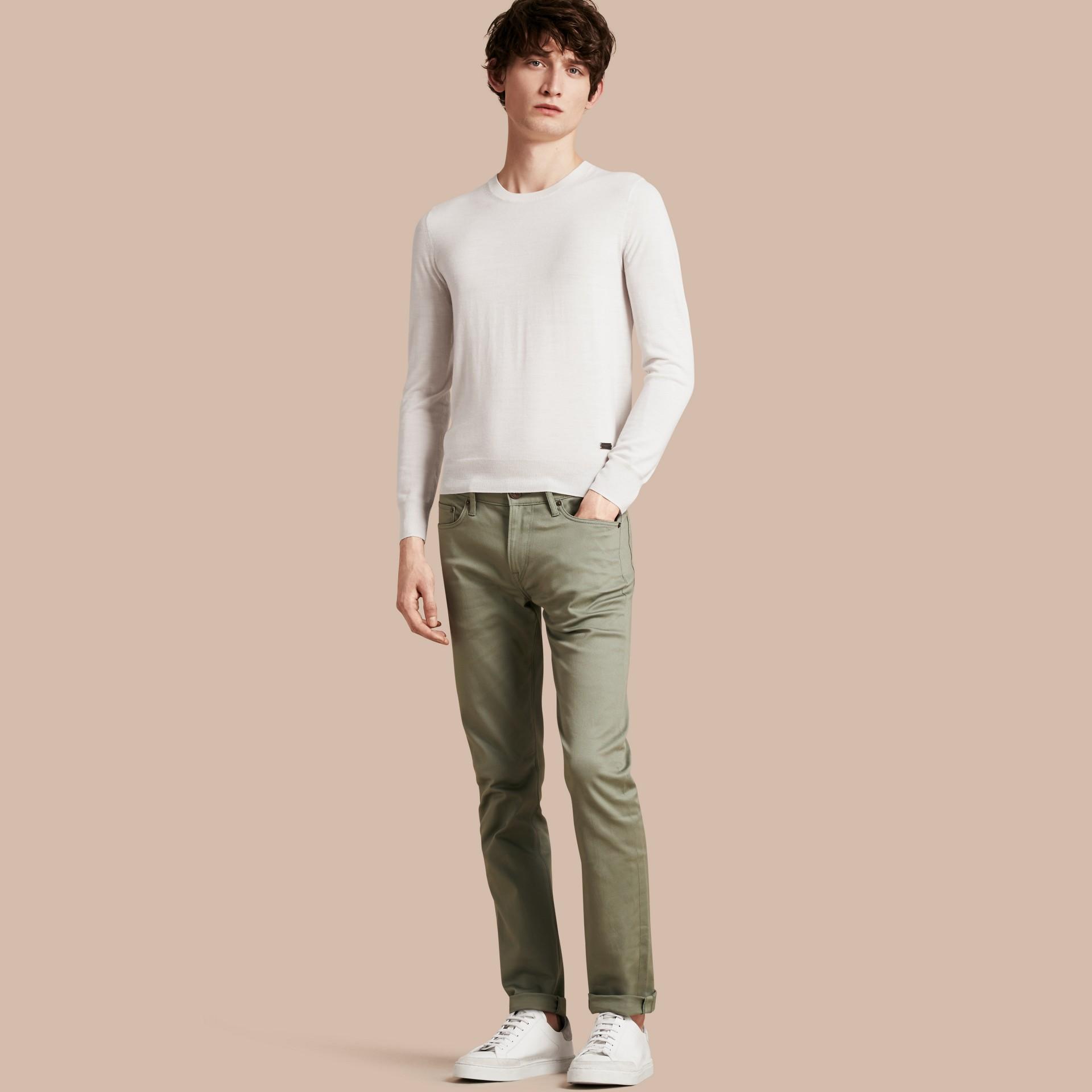 Eukalyptusgrün Körperbetonte Jeans aus japanischem Stretchdenim Eukalyptusgrün - Galerie-Bild 1