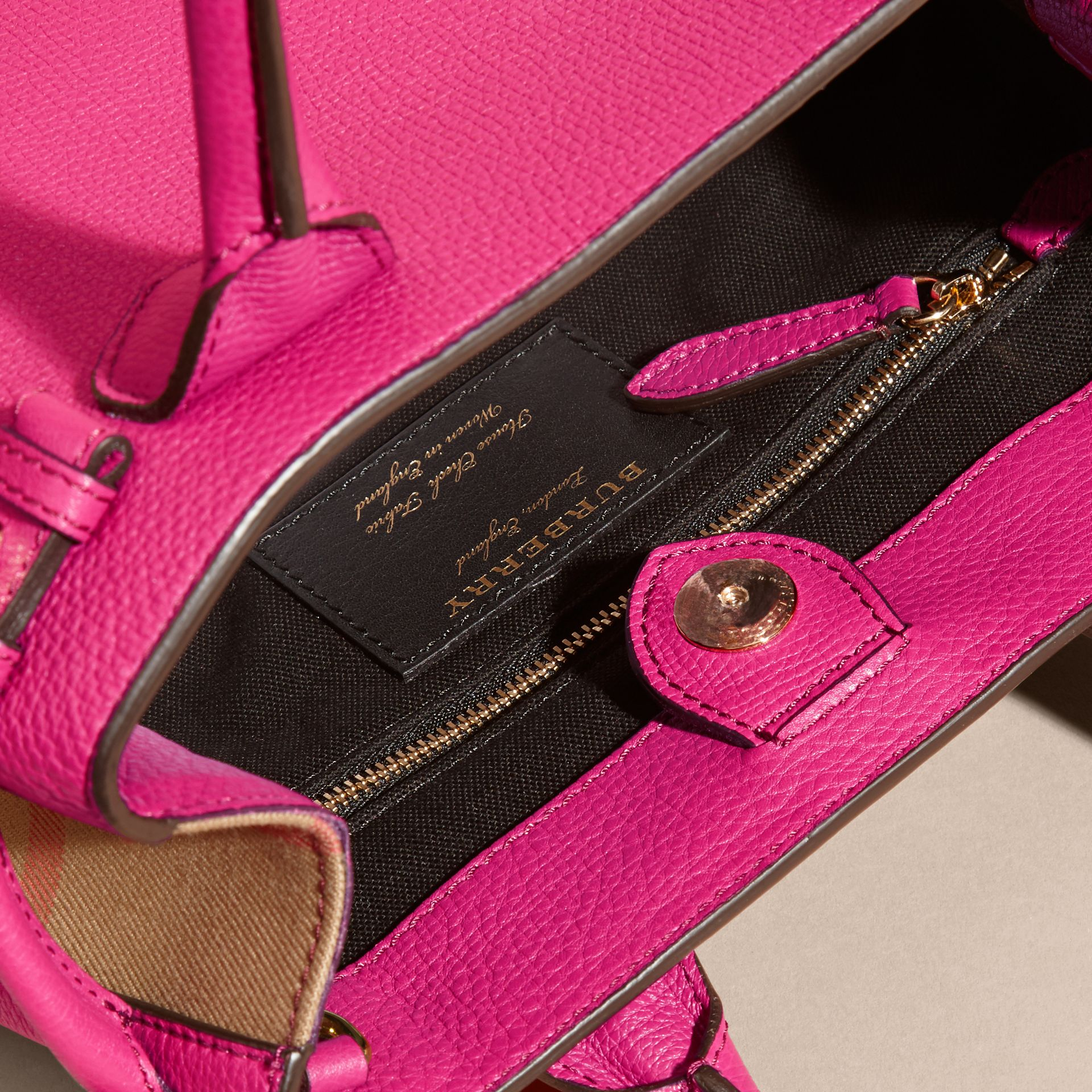 Fuchsia vif Petit sac The Banner en cuir et coton House check Fuchsia Vif - photo de la galerie 4