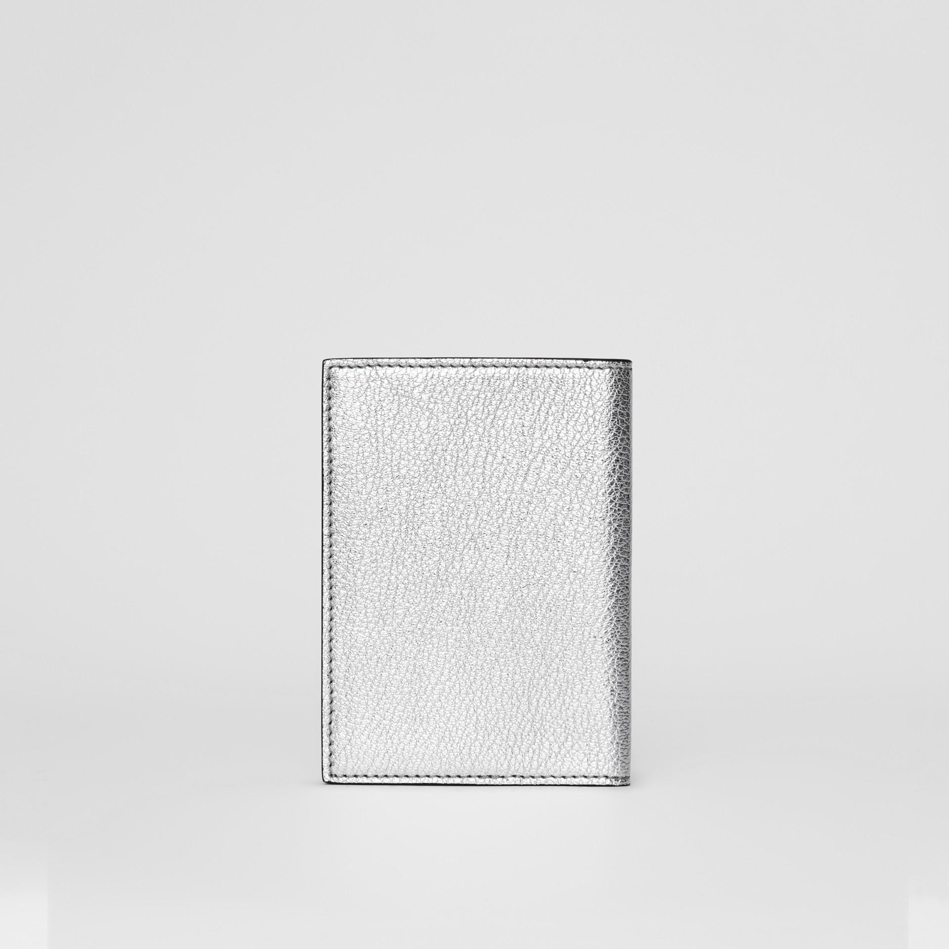Porta-passaporte de couro metalizado (Prateado) - Mulheres | Burberry - galeria de imagens 4