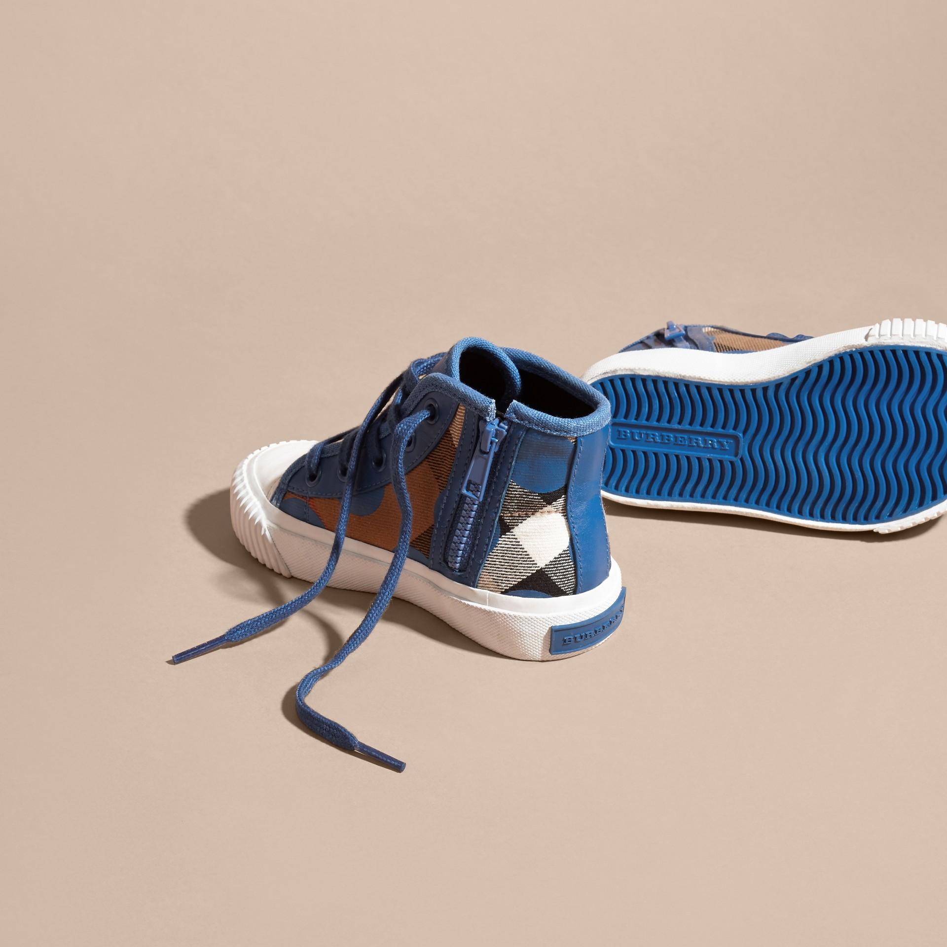 Bleu lupin Sneakers montantes à motif check et imprimé à cœurs, avec détails en cuir Bleu Lupin - photo de la galerie 4