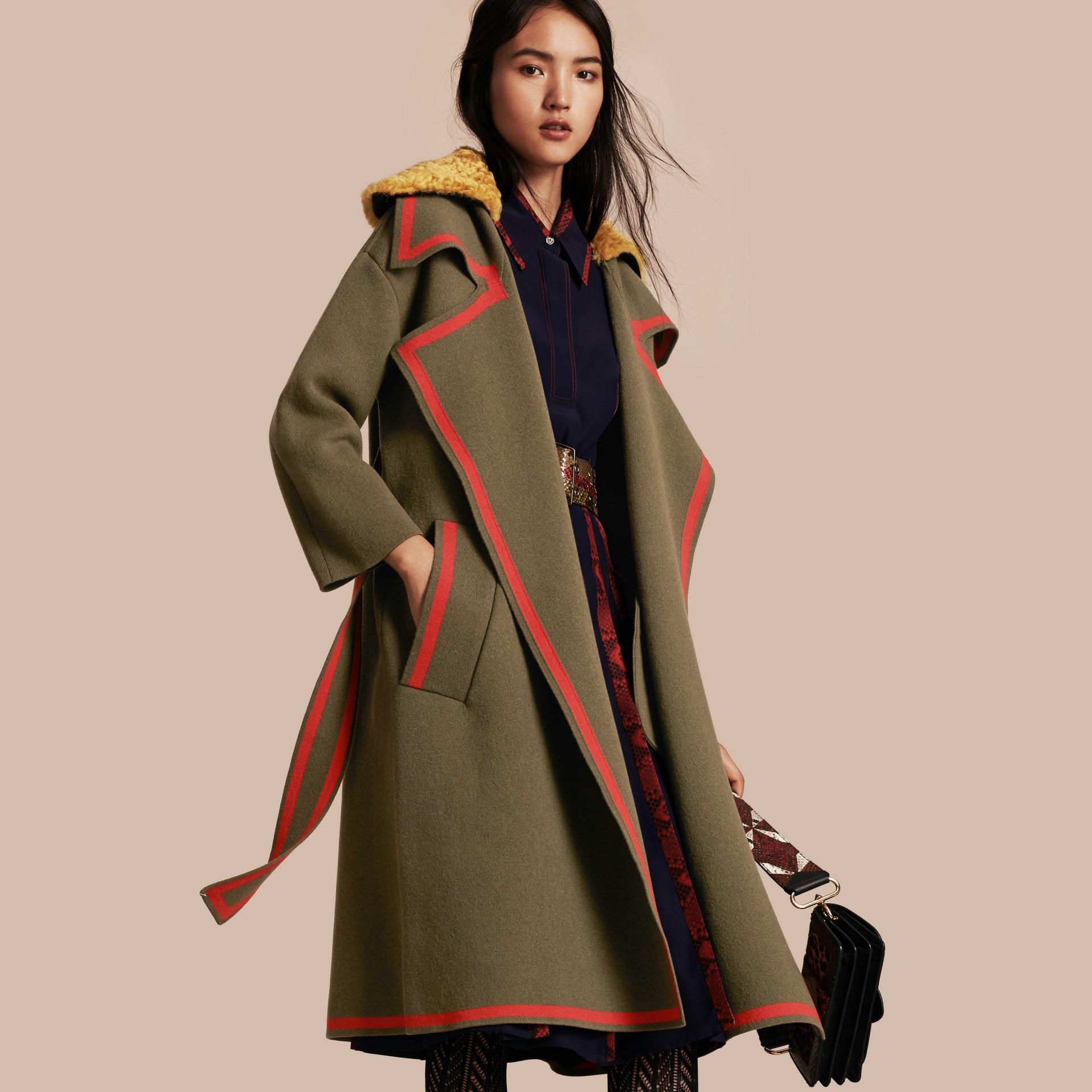 Vert militaire Manteau cardigan en laine et cachemire extensibles avec col en shearling - photo de la galerie 1