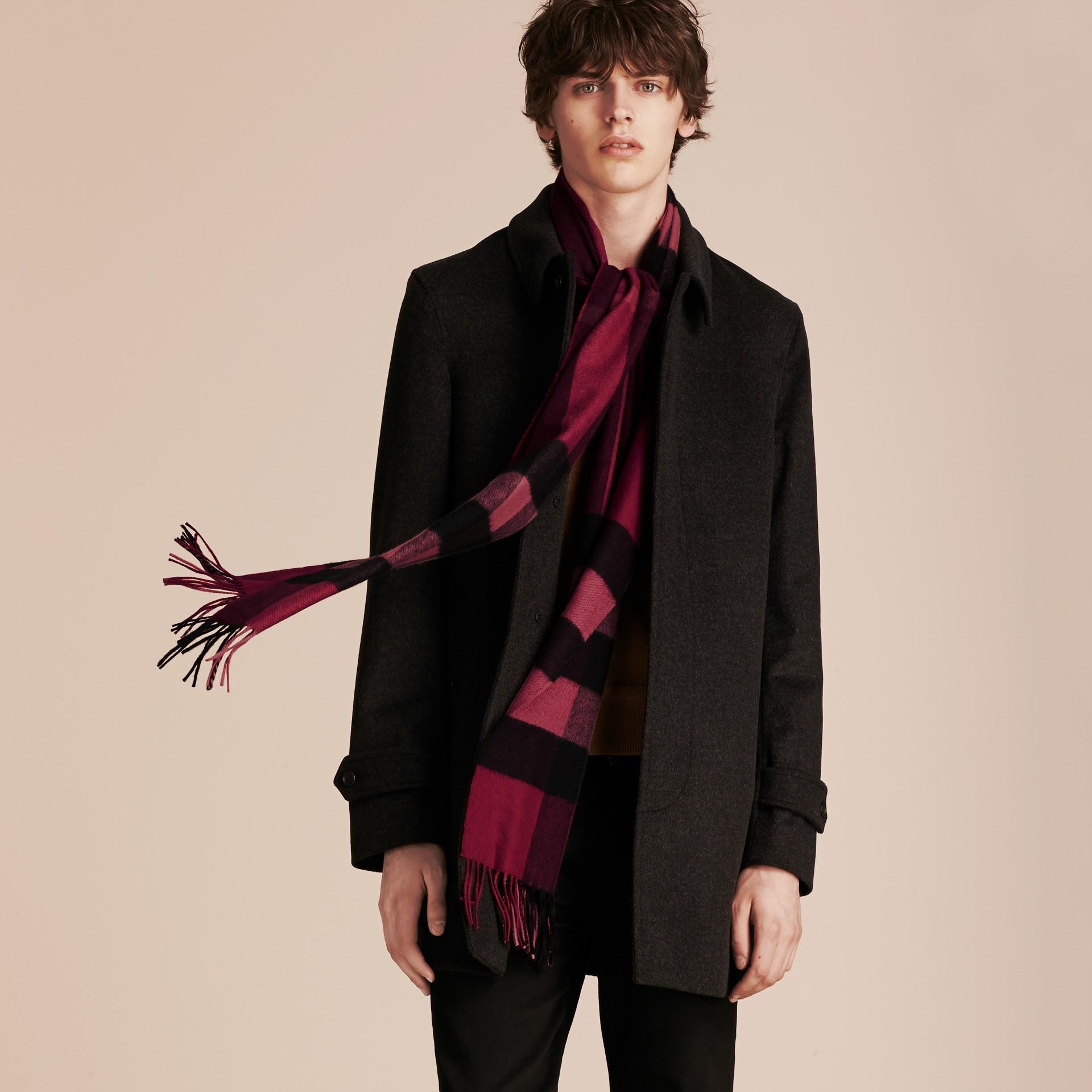 Check prune La grande écharpe classique en cachemire à motif check Prune - photo de la galerie 4