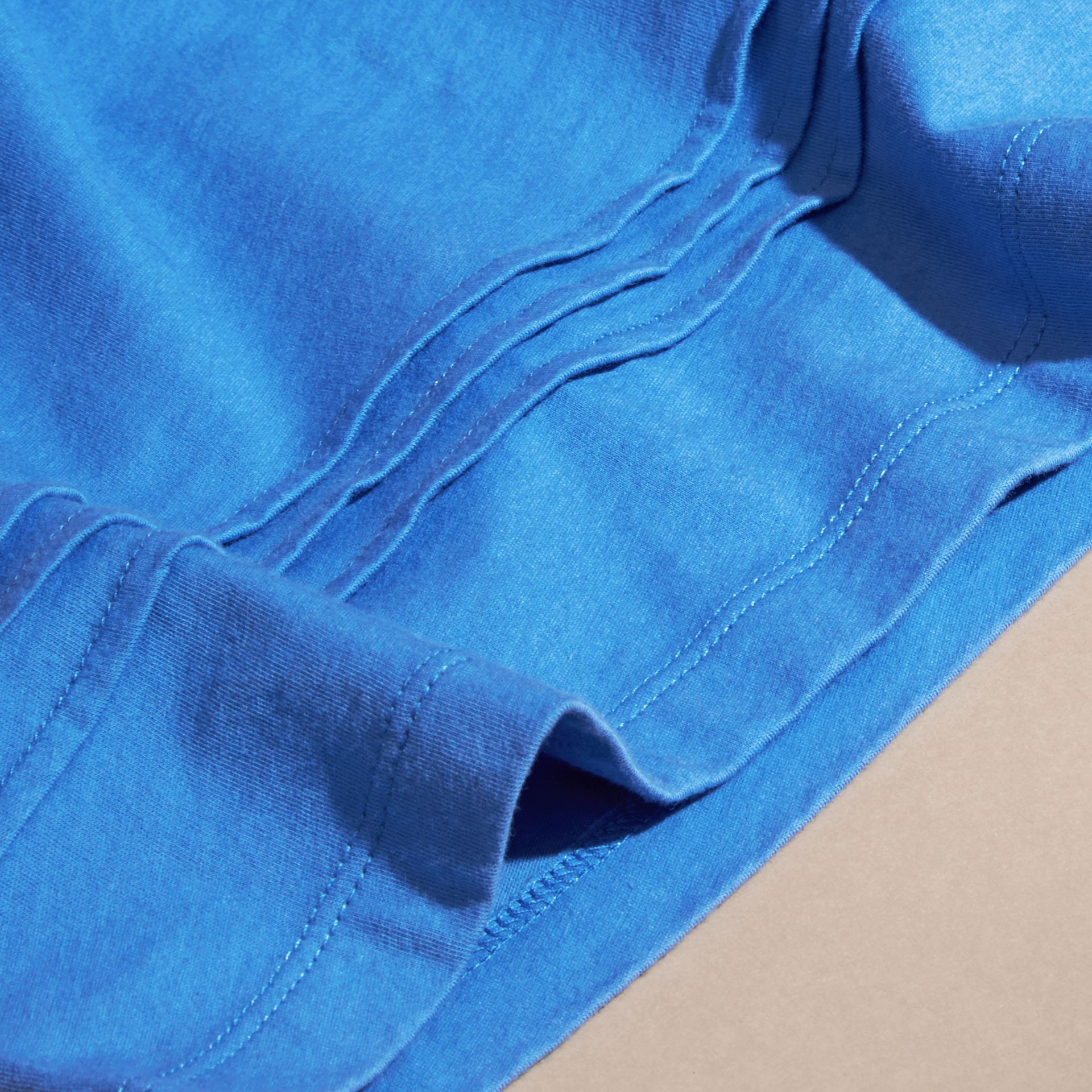 Bleu hortensia vif T-shirt à plis en coton à motif check Bleu Hortensia Vif - photo de la galerie 2