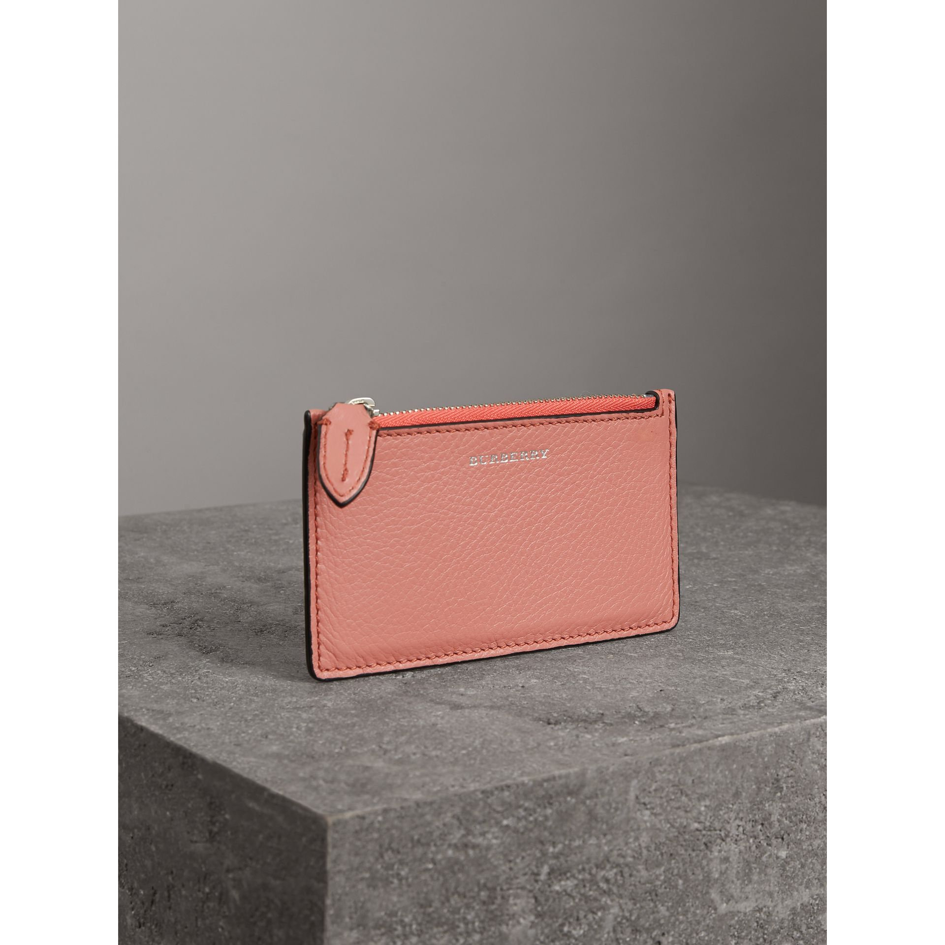 Porte-cartes zippé en cuir bicolore (Dusty Rose) - Femme | Burberry - photo de la galerie 4