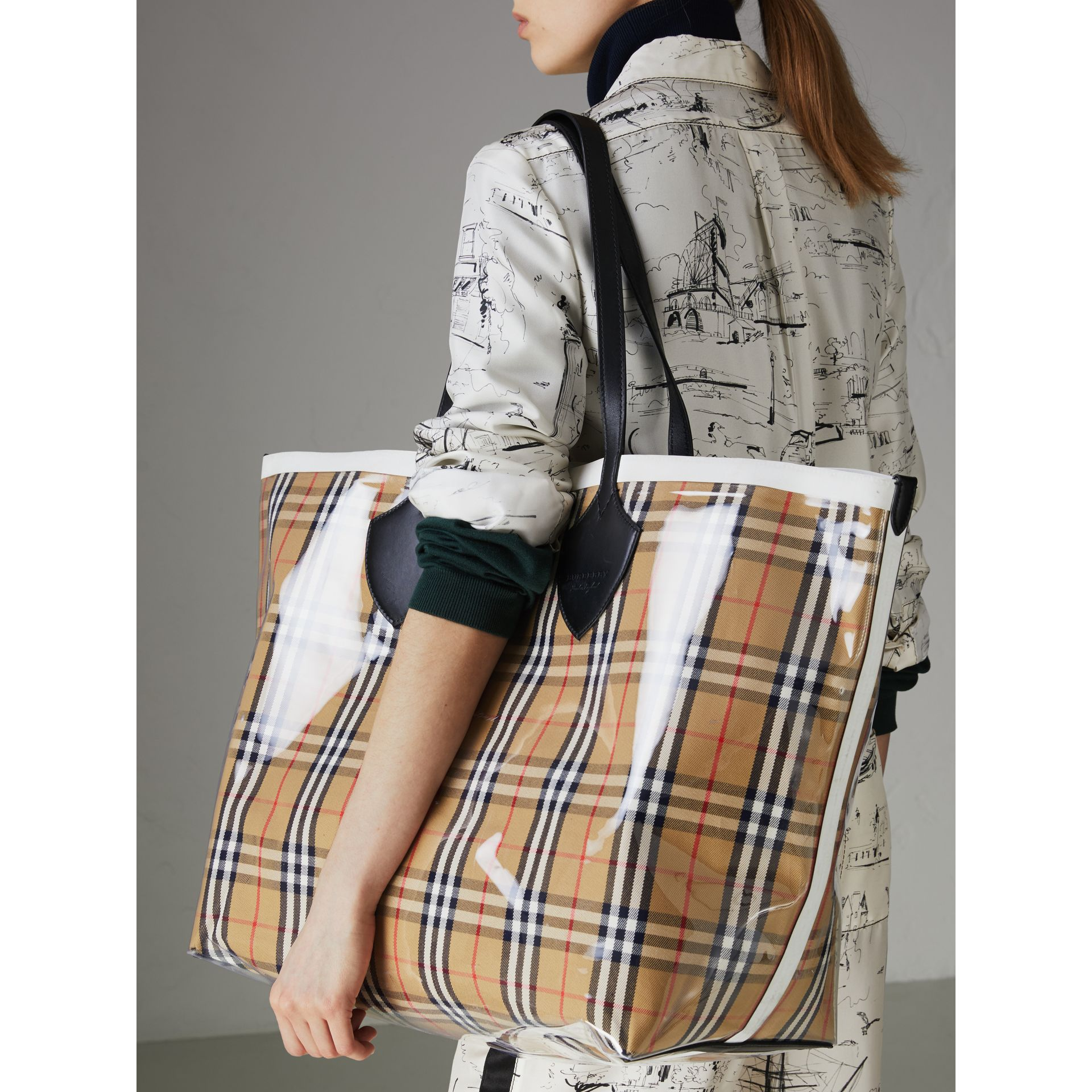 The Giant Tote in Plastic and Vintage Check in Antique Yellow/white - Women | Burberry United Kingdom - gallery image 3
