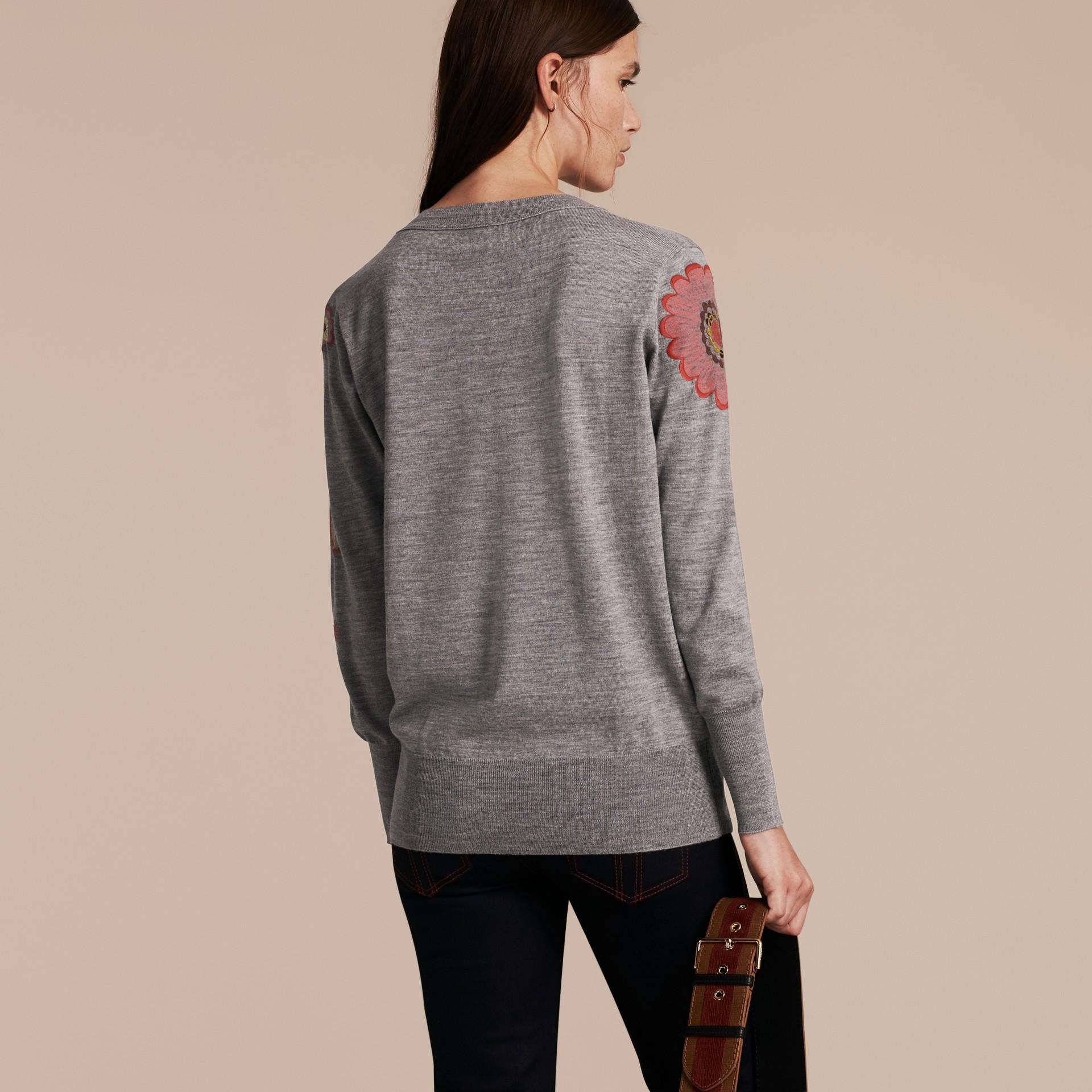 Grigio medio mélange Pullover in lana Merino con scollo a V e decorazione floreale - immagine della galleria 3