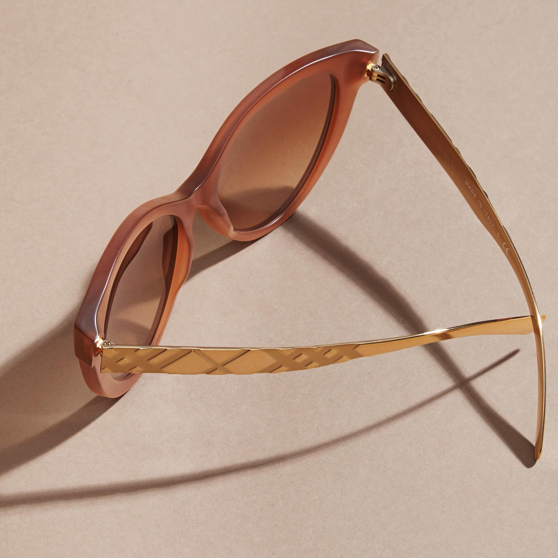 Marrone talpa Occhiali da sole con montatura cat-eye e motivo check tridimensionale Marrone Talpa - immagine della galleria 5