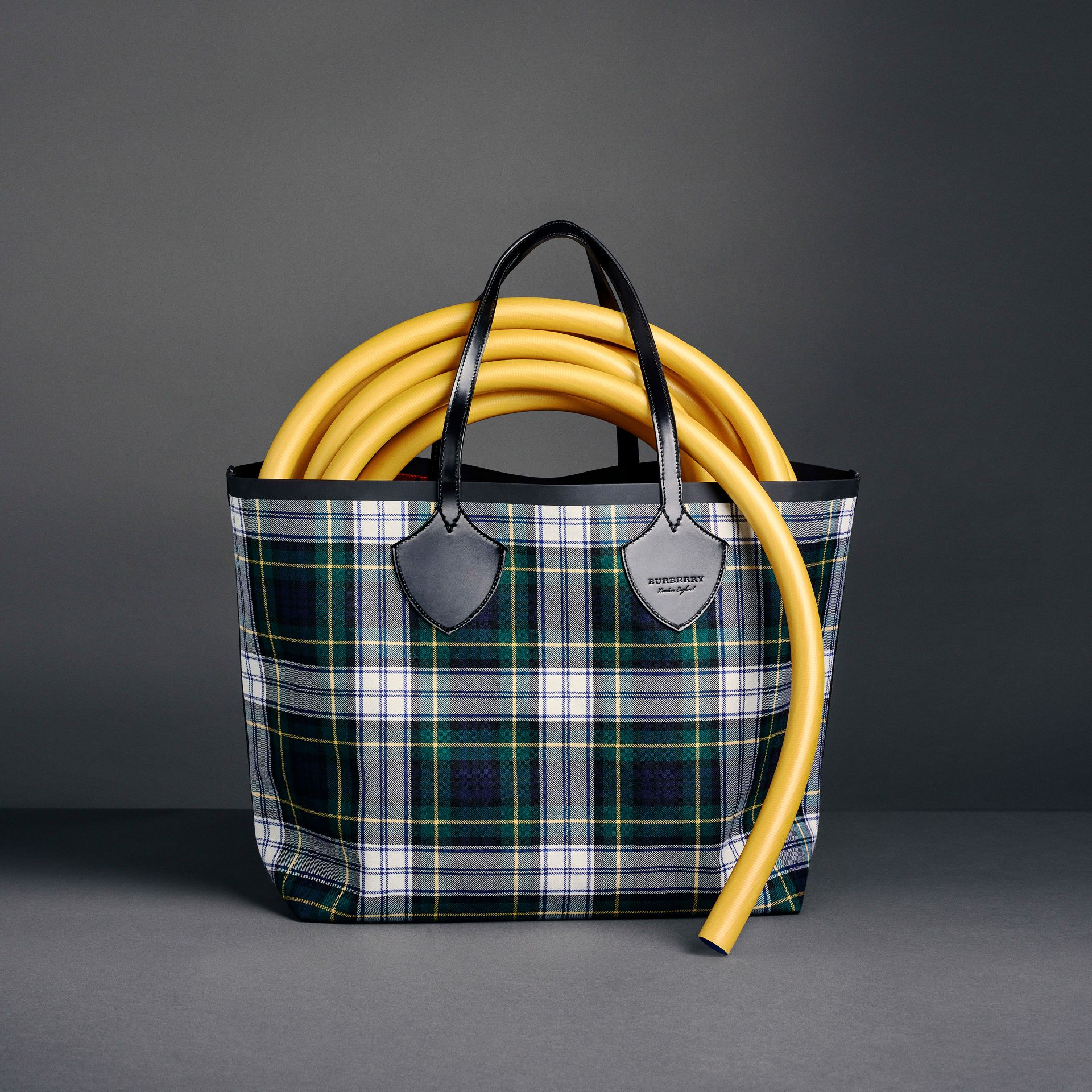 The Medium Giant Reversible Tote in Tartan Cotton in Ink Blue/military Red | Burberry - gallery image 8