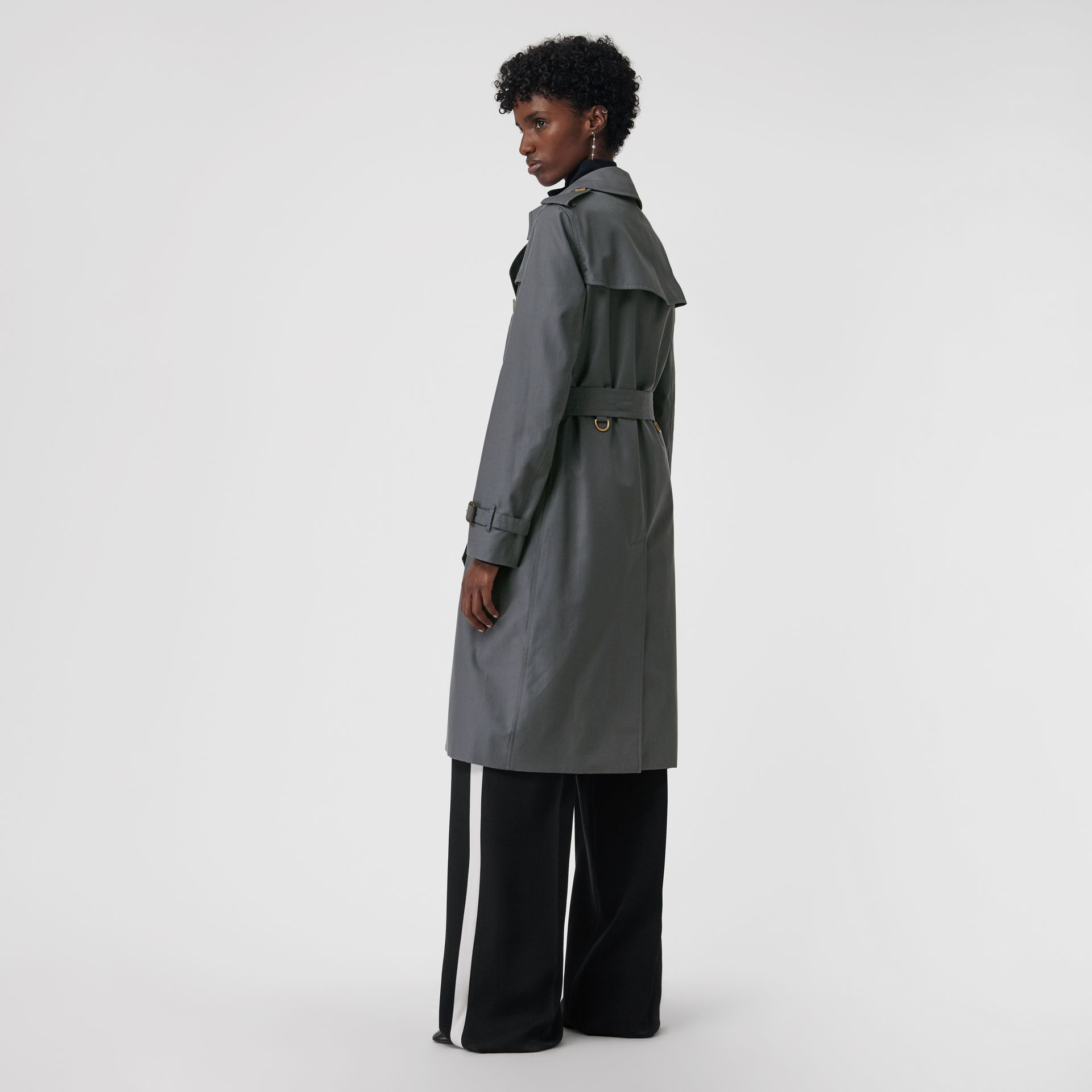 The Long Kensington Heritage Trench Coat in Mid Grey - Women | Burberry United Kingdom - gallery image 2