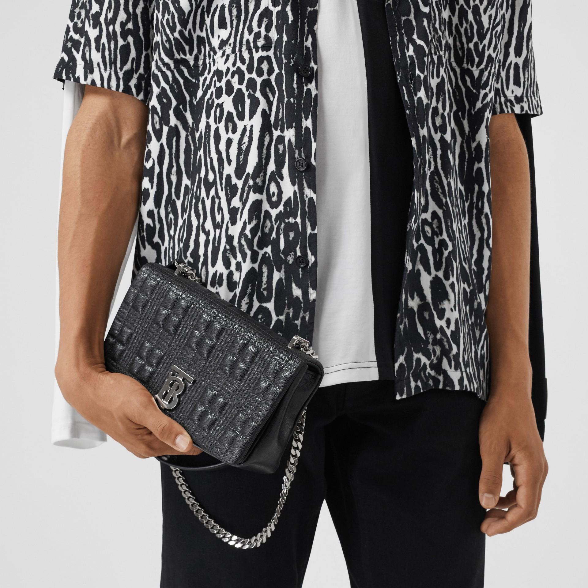 Bolsa Lola acolchoada em couro granulado - Pequena (Preto) | Burberry - galeria de imagens 3
