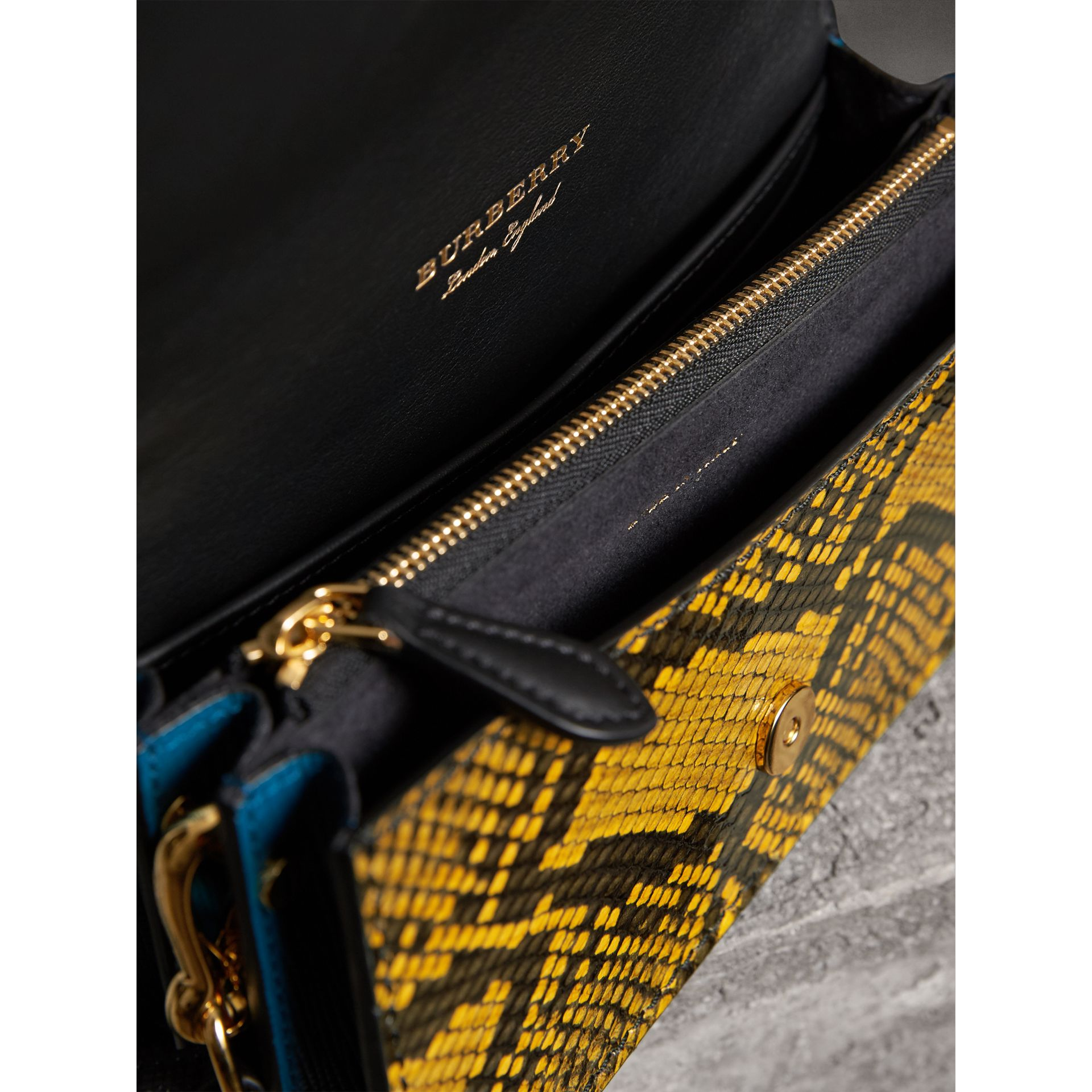 Sac The Patchwork en cuir exotique, maille de laine et cachemire (Jaune Ambre) - Femme | Burberry - photo de la galerie 4
