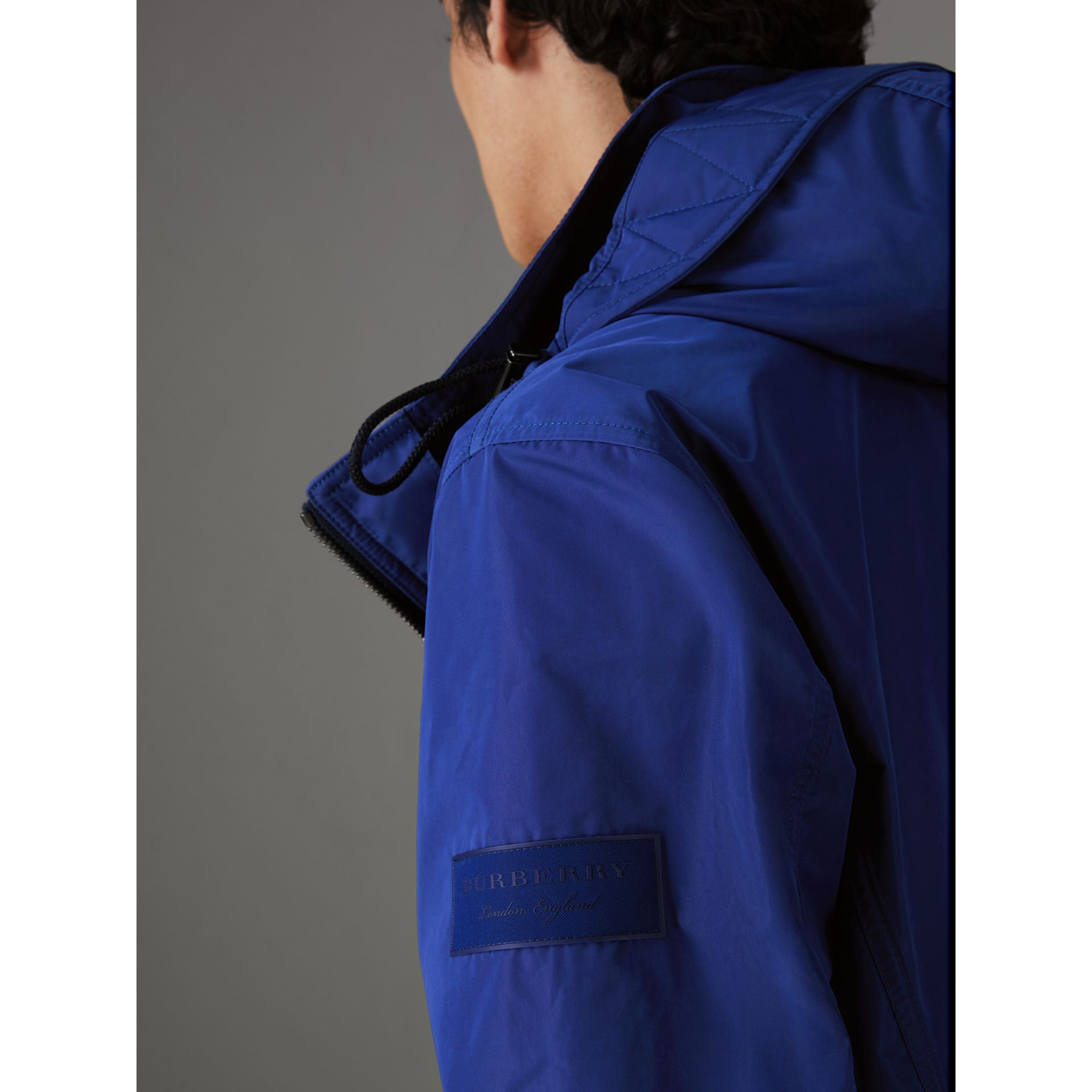 Veste imperméable à capuche repliable (Bleu Geai) - Homme | Burberry - photo de la galerie 1