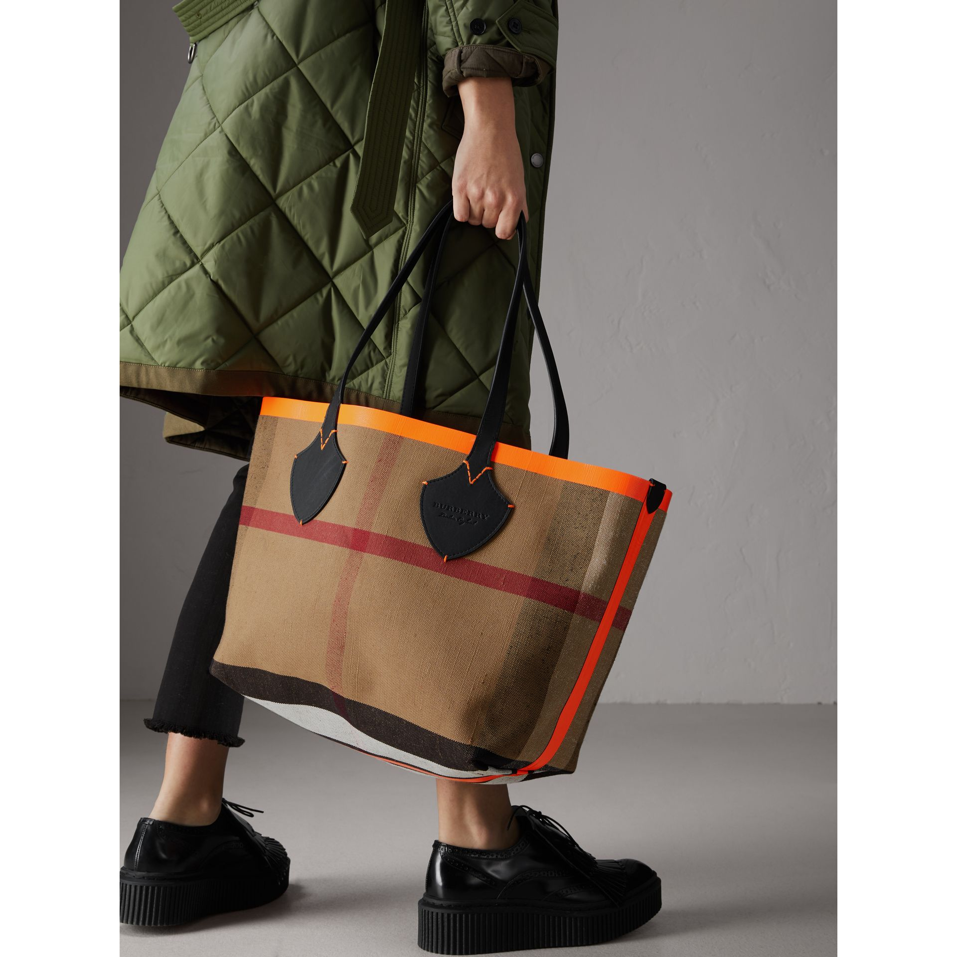 The Medium Giant Reversible Tote in Canvas and Leather in Black/neon Orange | Burberry - gallery image 5