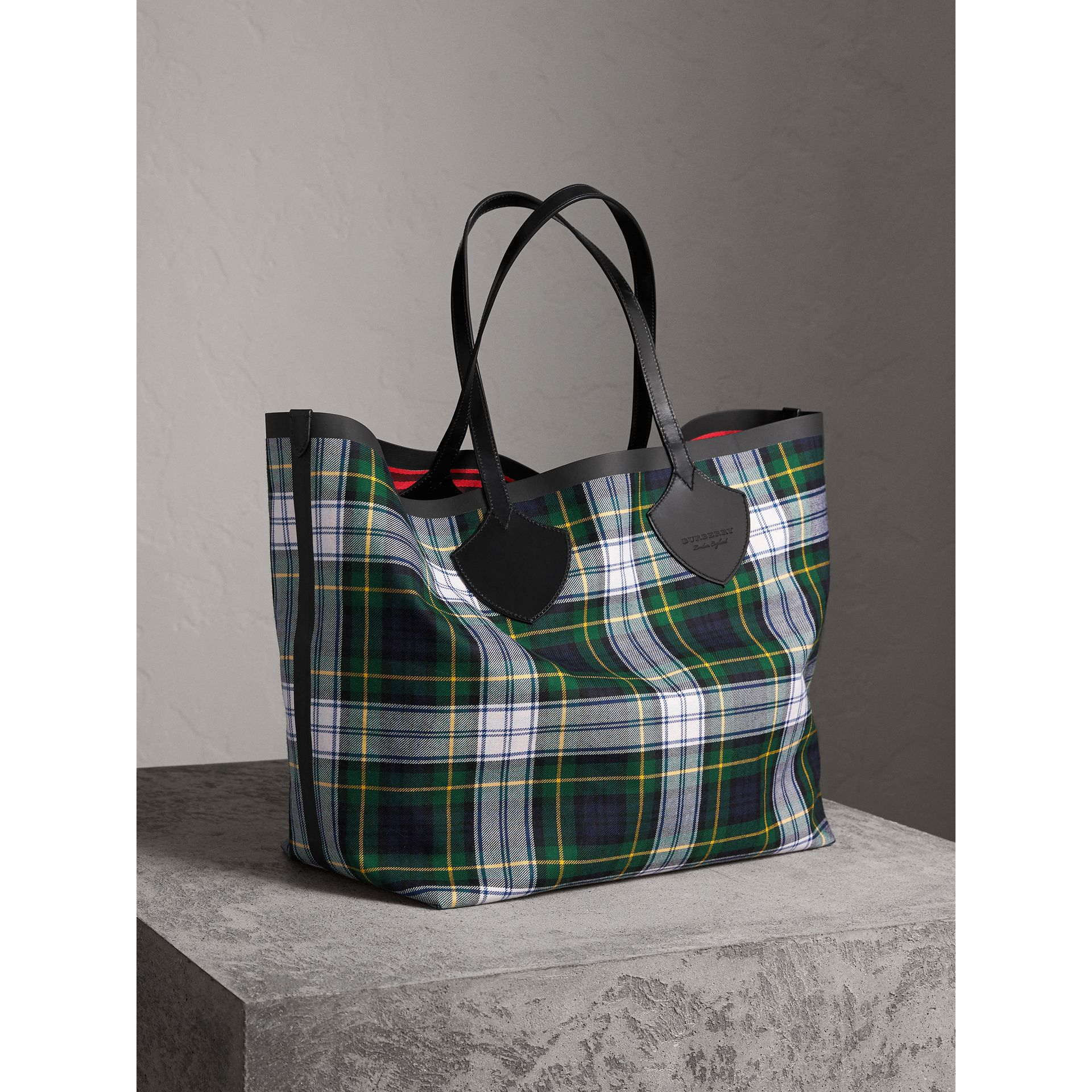 The Giant Reversible Tote in Tartan Cotton in Ink Blue/military Red | Burberry Singapore - gallery image 5