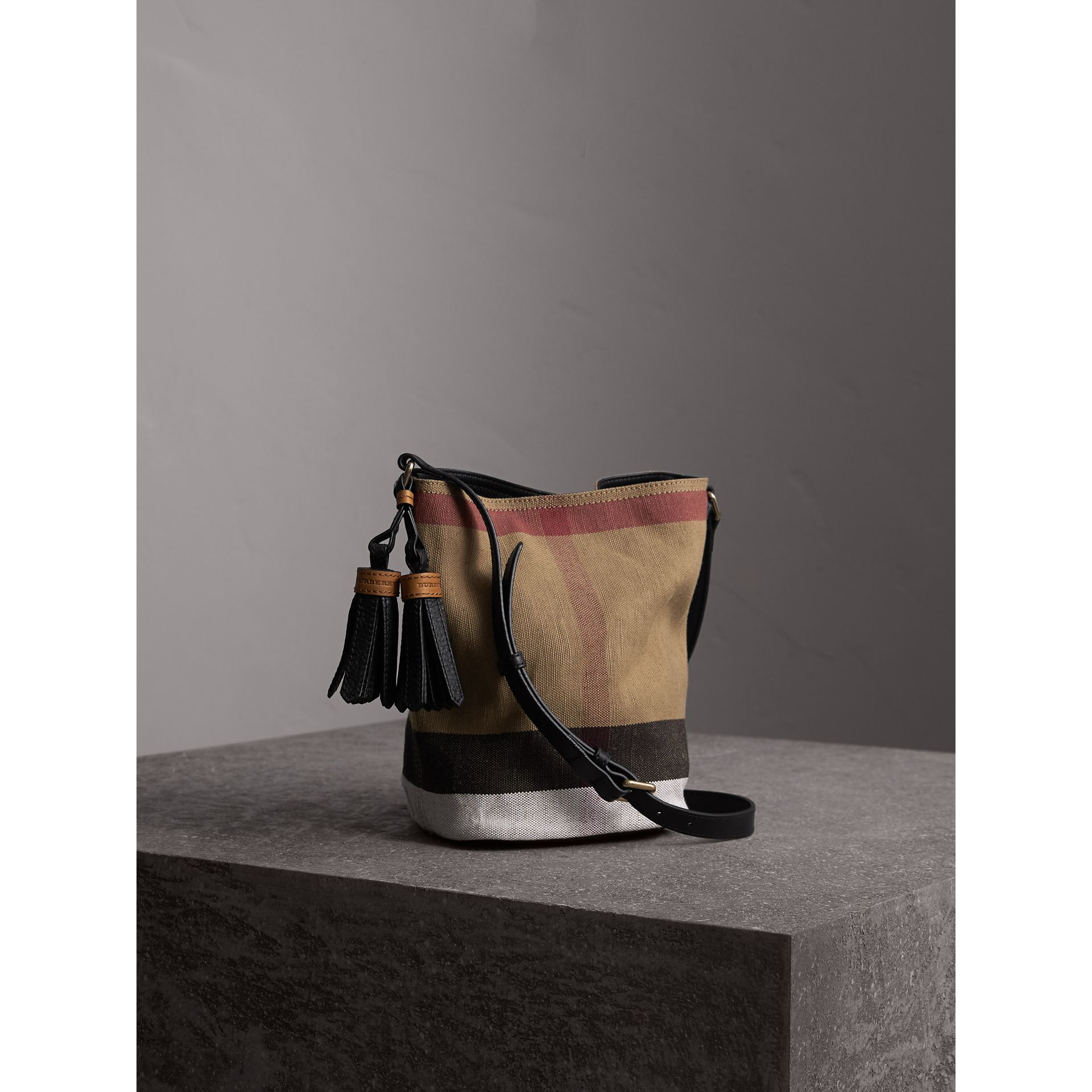 The Ashby piccola con pelle e motivo Canvas check (Nero) - Donna | Burberry - immagine della galleria 6