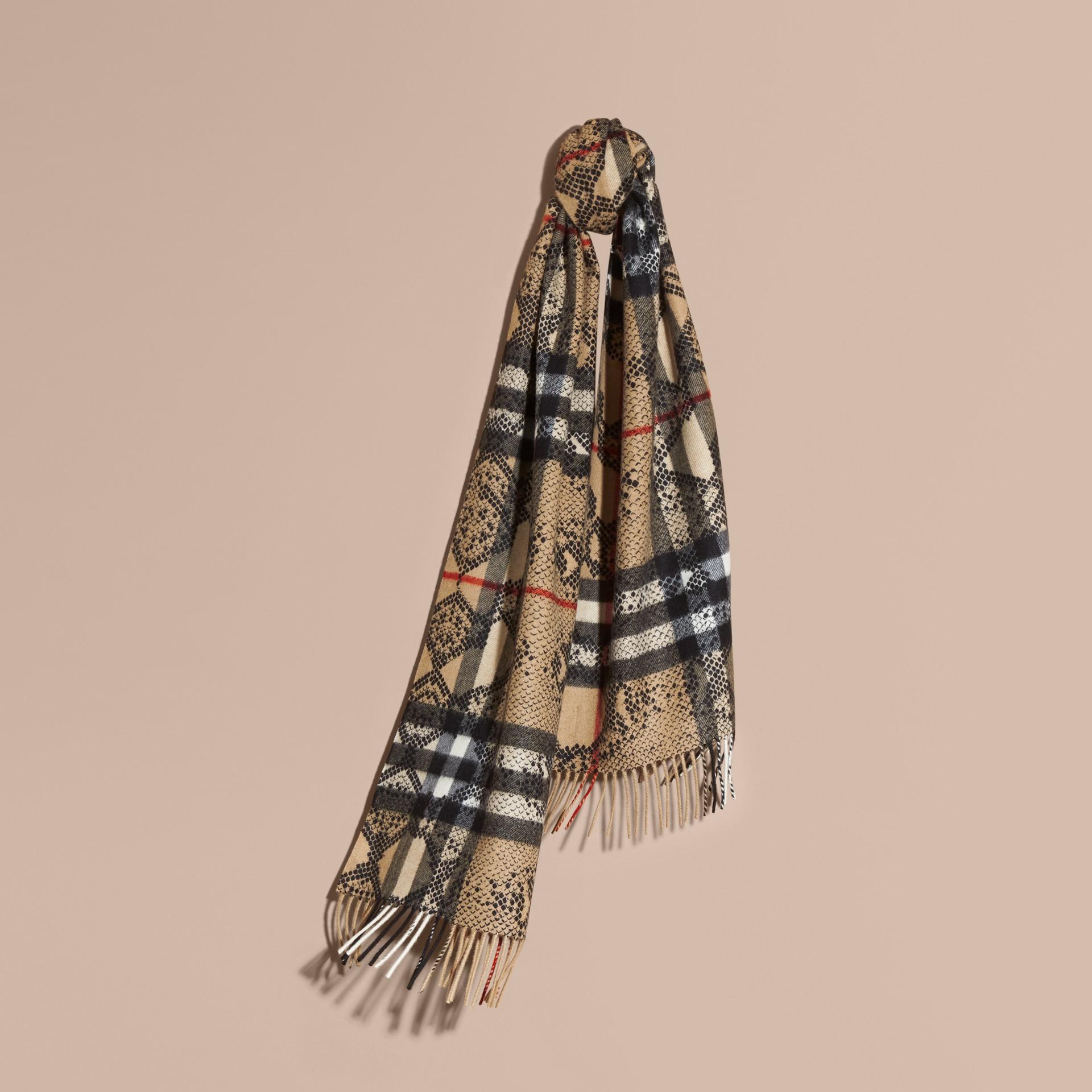 Camel/noir L'écharpe classique en cachemire à motif check et imprimé python - photo de la galerie 6