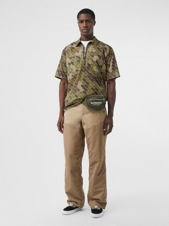 Camisa de mangas curtas em algodão com estampa de monograma (Verde Cáqui)