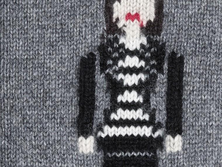 Camaïeu de gris moyens Chaussettes en cachemire à l'effigie de la Brit Girl - cell image 1