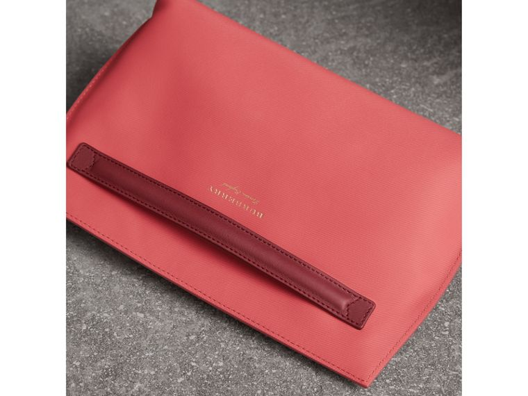 Two-tone Trench Leather Wristlet Pouch in Blossom Pink/antique Red - Women | Burberry United States - cell image 4