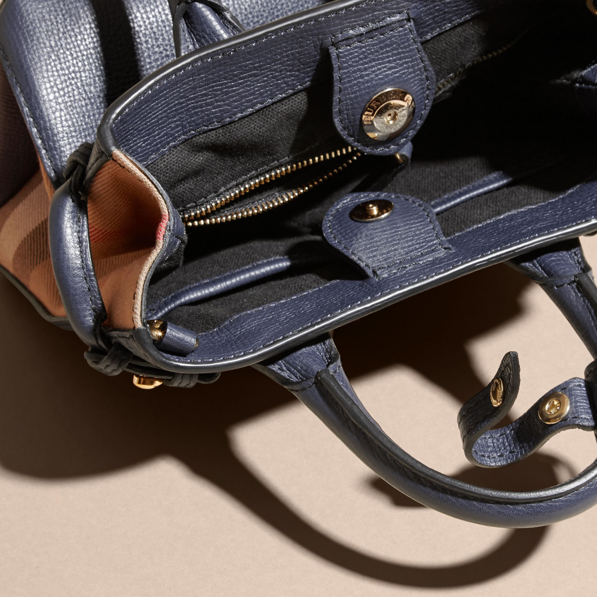 The Baby Banner en cuir et coton House check (Bleu Encre) - Femme | Burberry - photo de la galerie 5