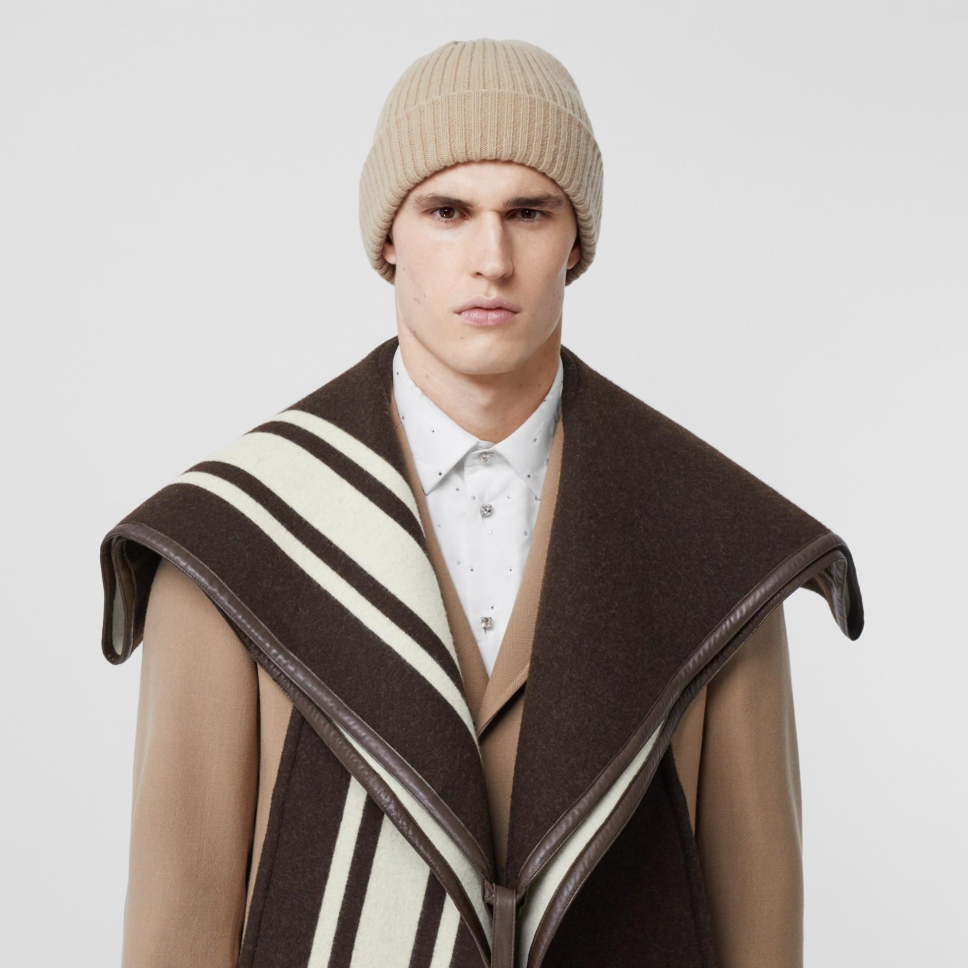 羔羊皮飾帶條紋細節設計羊毛提花披肩 (棕色) - 女款 | Burberry - 圖庫照片 7