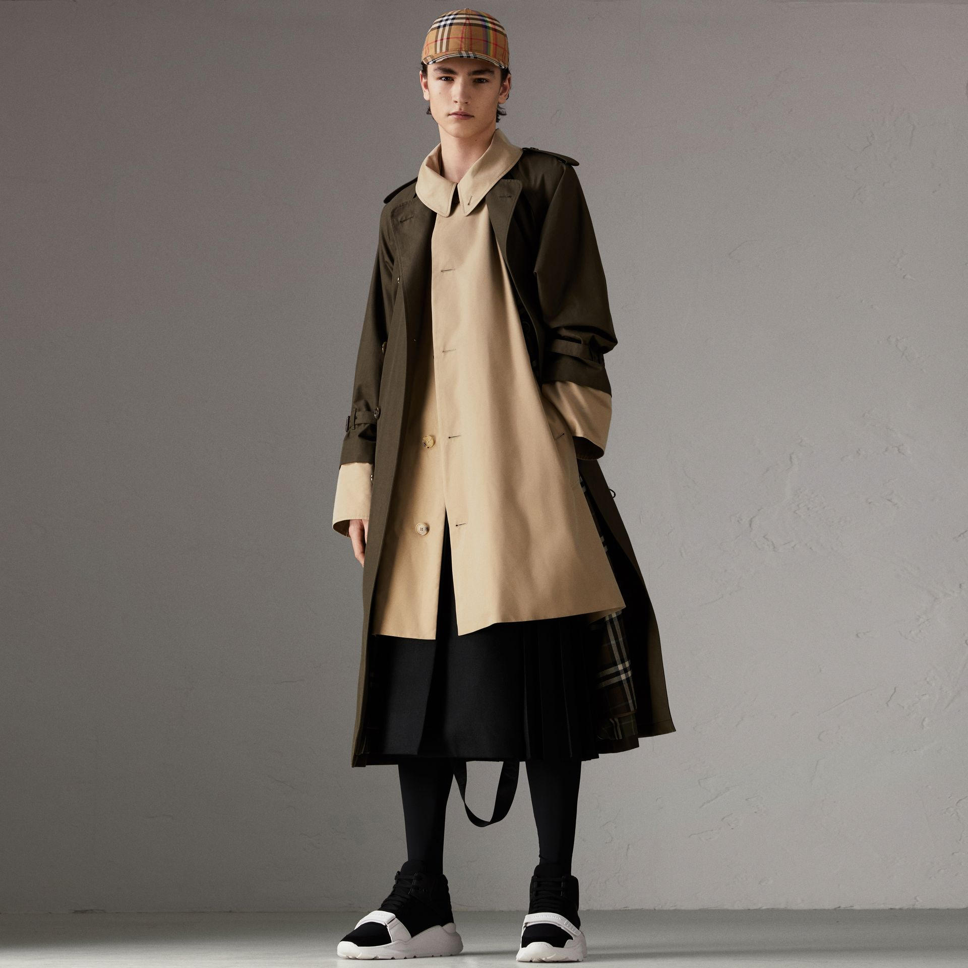 Trench coat in gabardine tropicale (Verde Cachi Scuro) | Burberry - immagine della galleria 0