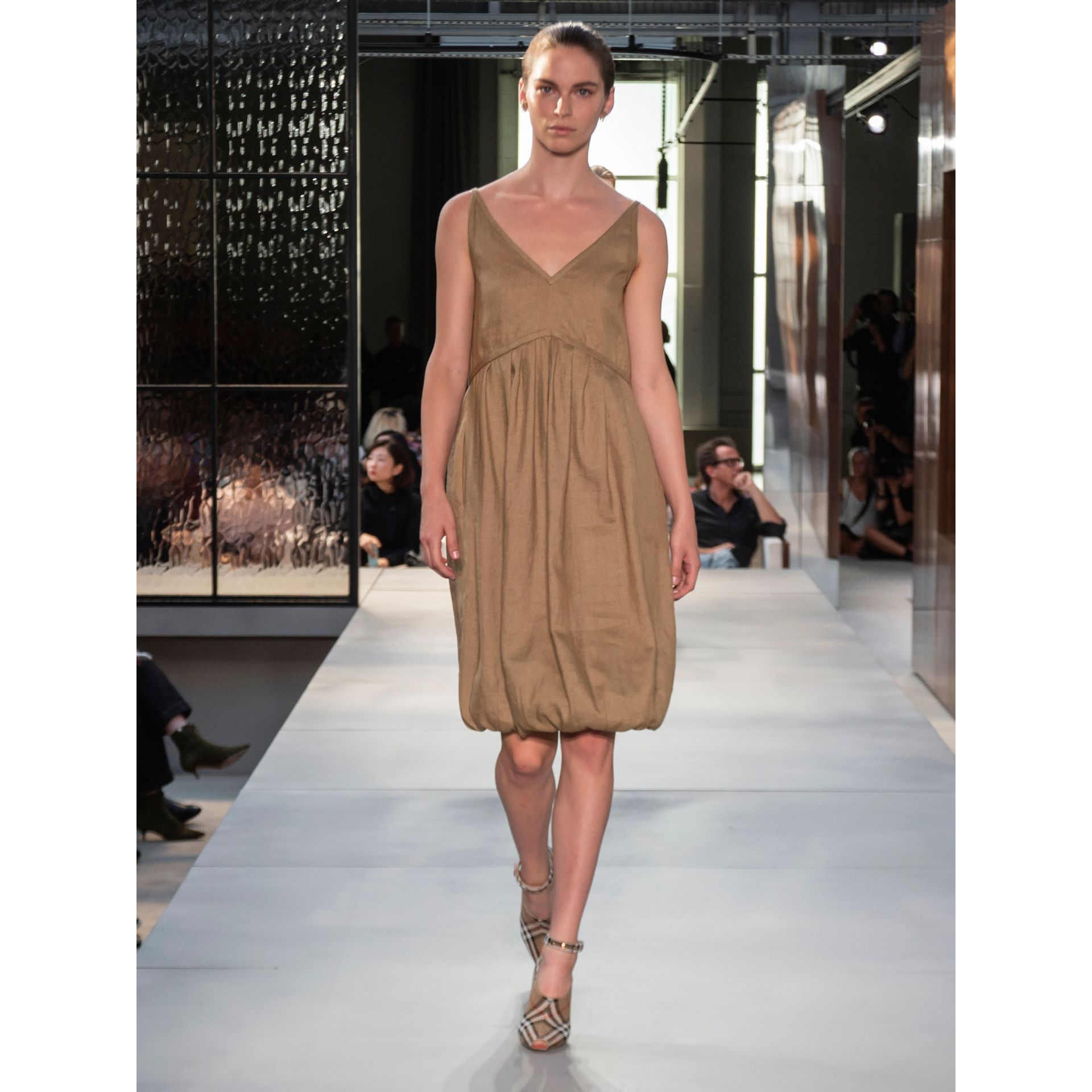 Linen Blend Bubble Hem Dress in Honey - Women | Burberry Singapore - gallery image 5