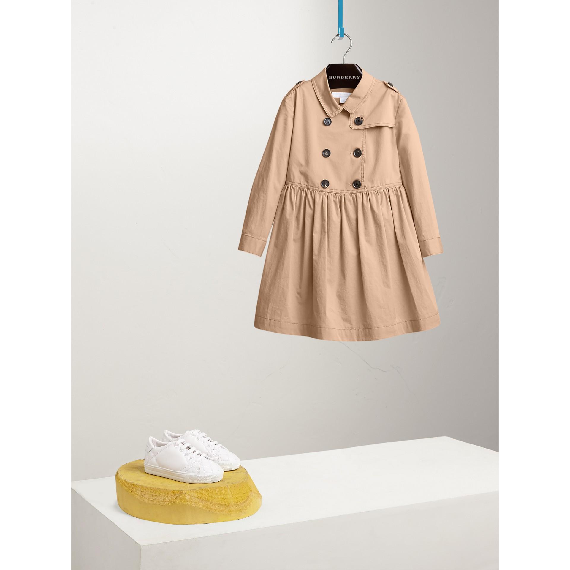 Trenchkleid aus Stretchbaumwolle mit Karodetail (Honiggelb) - Mädchen | Burberry - Galerie-Bild 2