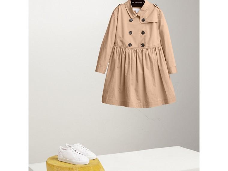 Trenchkleid aus Stretchbaumwolle mit Karodetail (Honiggelb) - Mädchen | Burberry - cell image 2