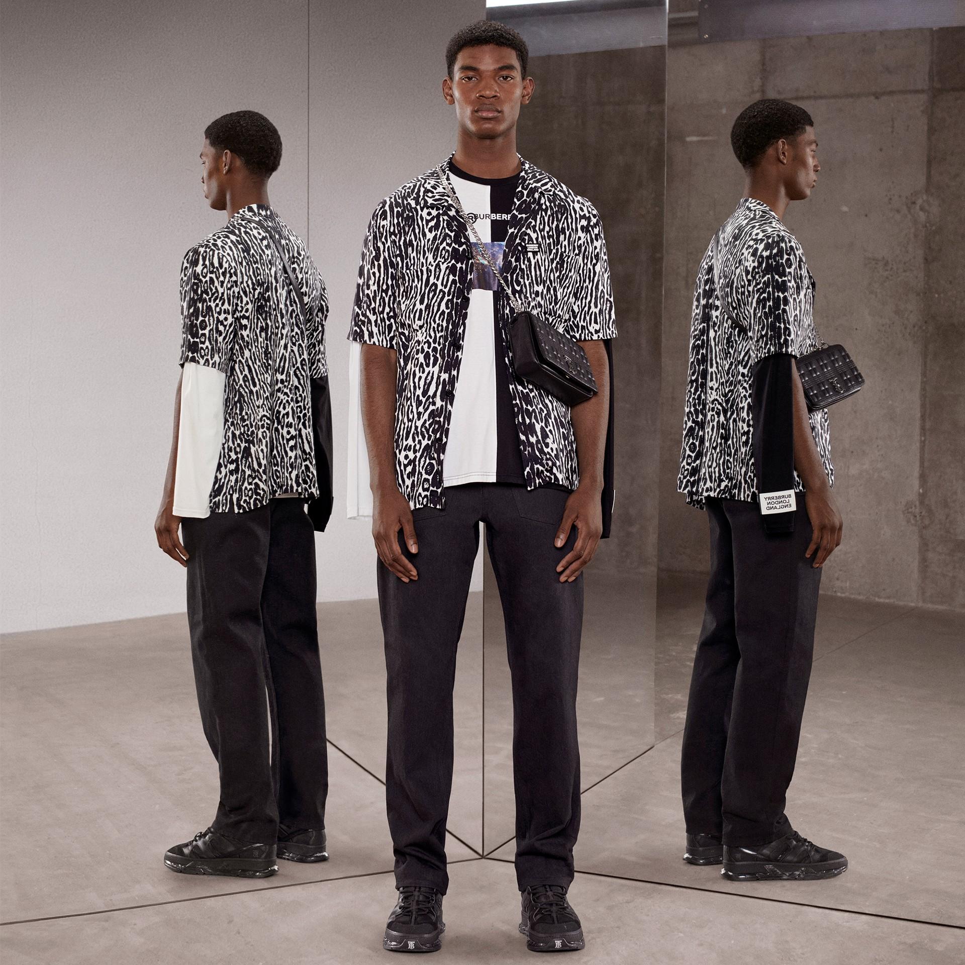 Haut oversize en coton à imprimé montage avec manches à découpes (Noir/blanc) - Homme | Burberry - photo de la galerie 1
