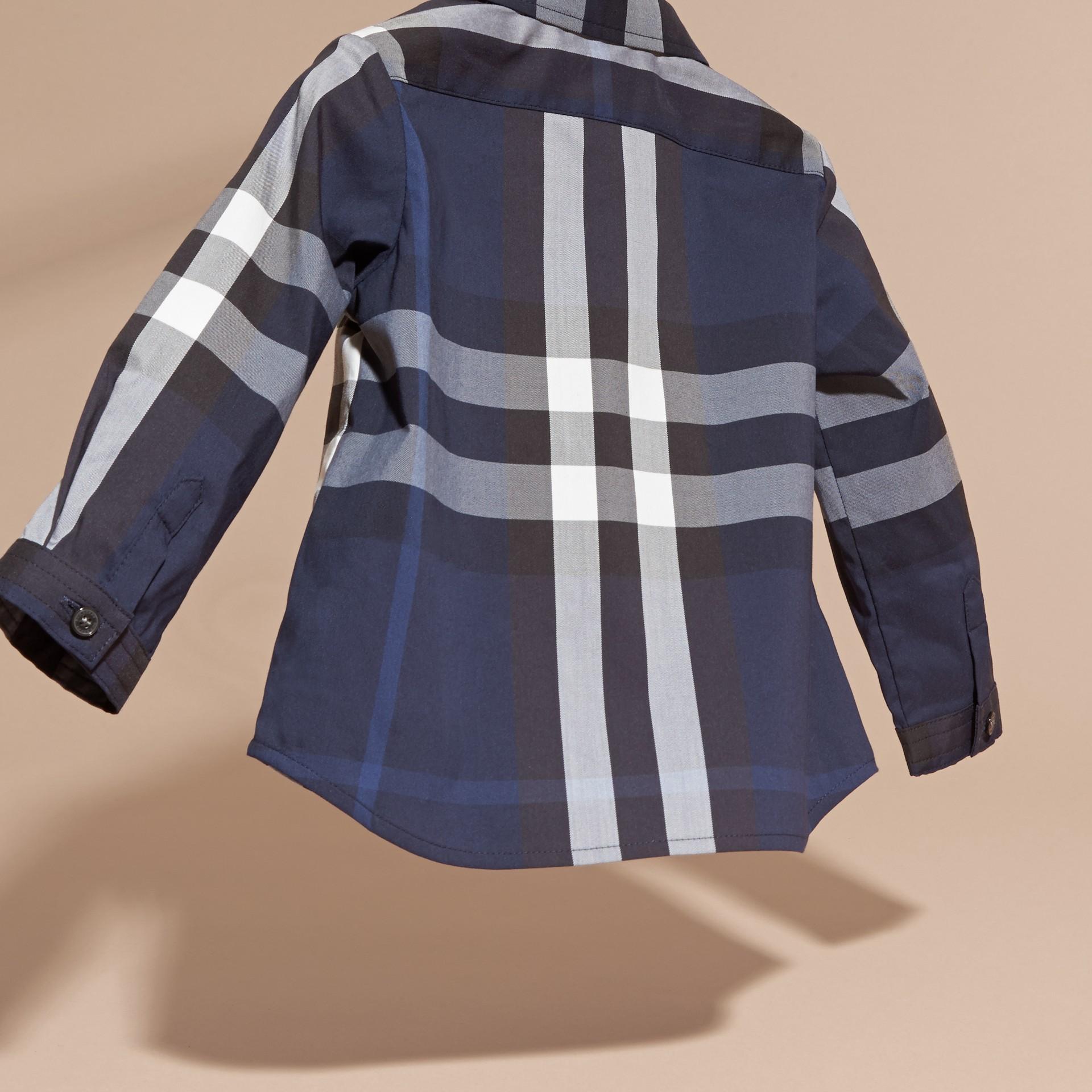 Bleu indigo Chemise boutonnée en coton à motif check Bleu Indigo - photo de la galerie 4