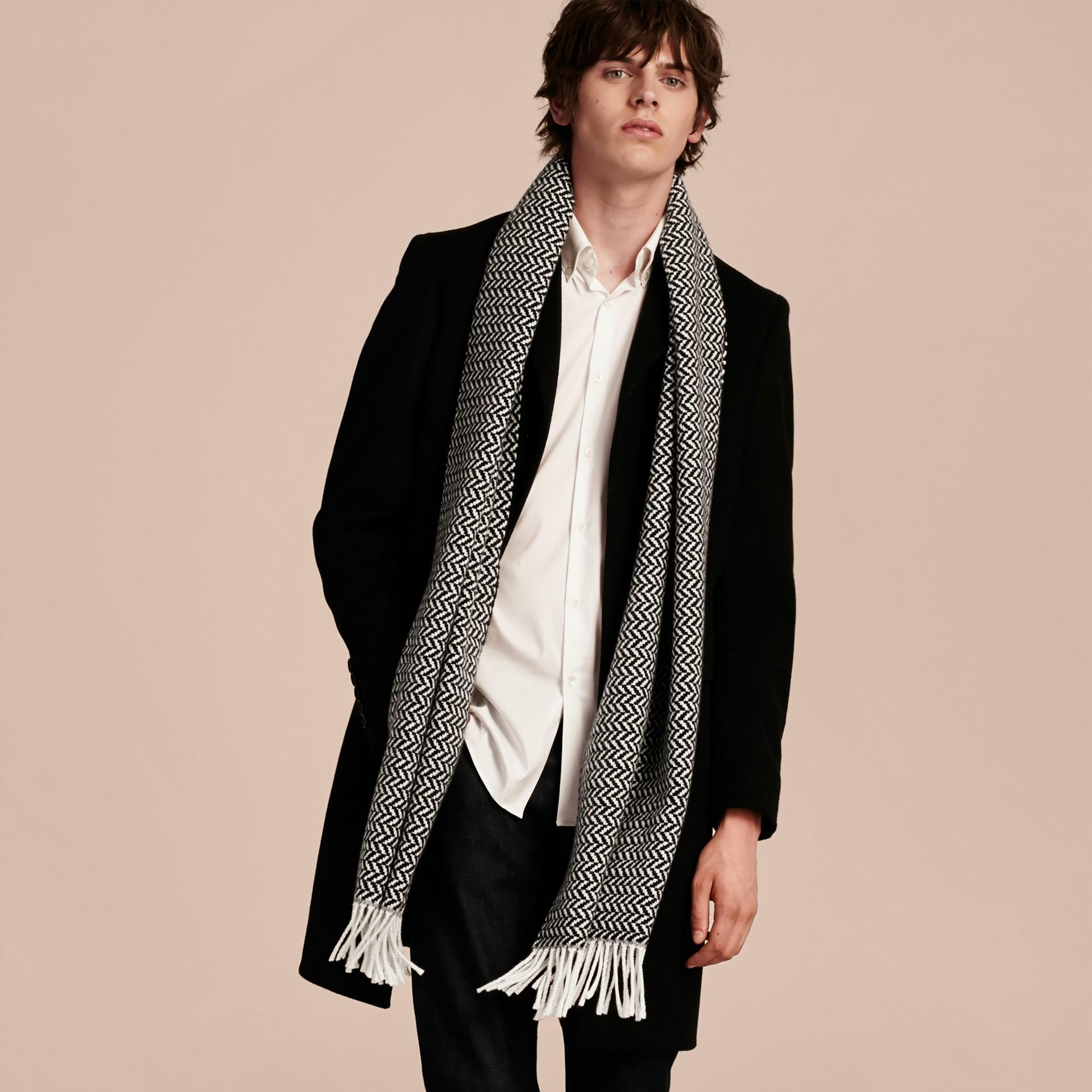 ブラック/ホワイト チャンキーヘリンボーン ウールカシミア スカーフ - ギャラリーイメージ 3