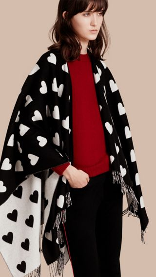 Poncho en jacquard de laine mérinos avec imprimé à cœurs
