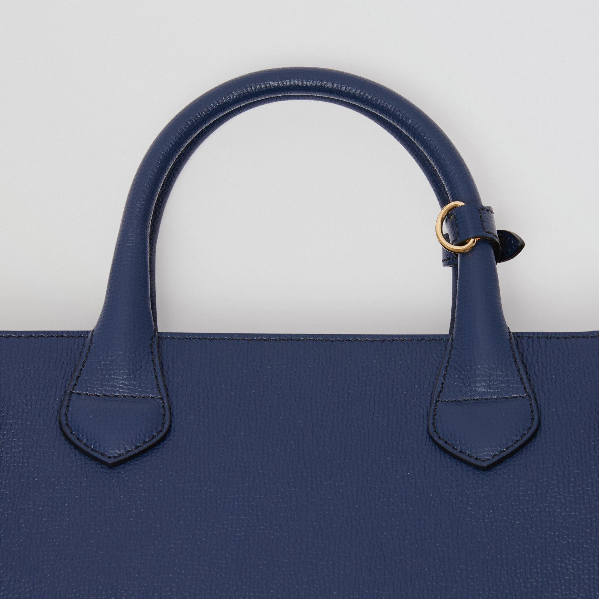 Sac The Banner medium en cuir et coton House check (Bleu Encre) - Femme | Burberry - photo de la galerie 1