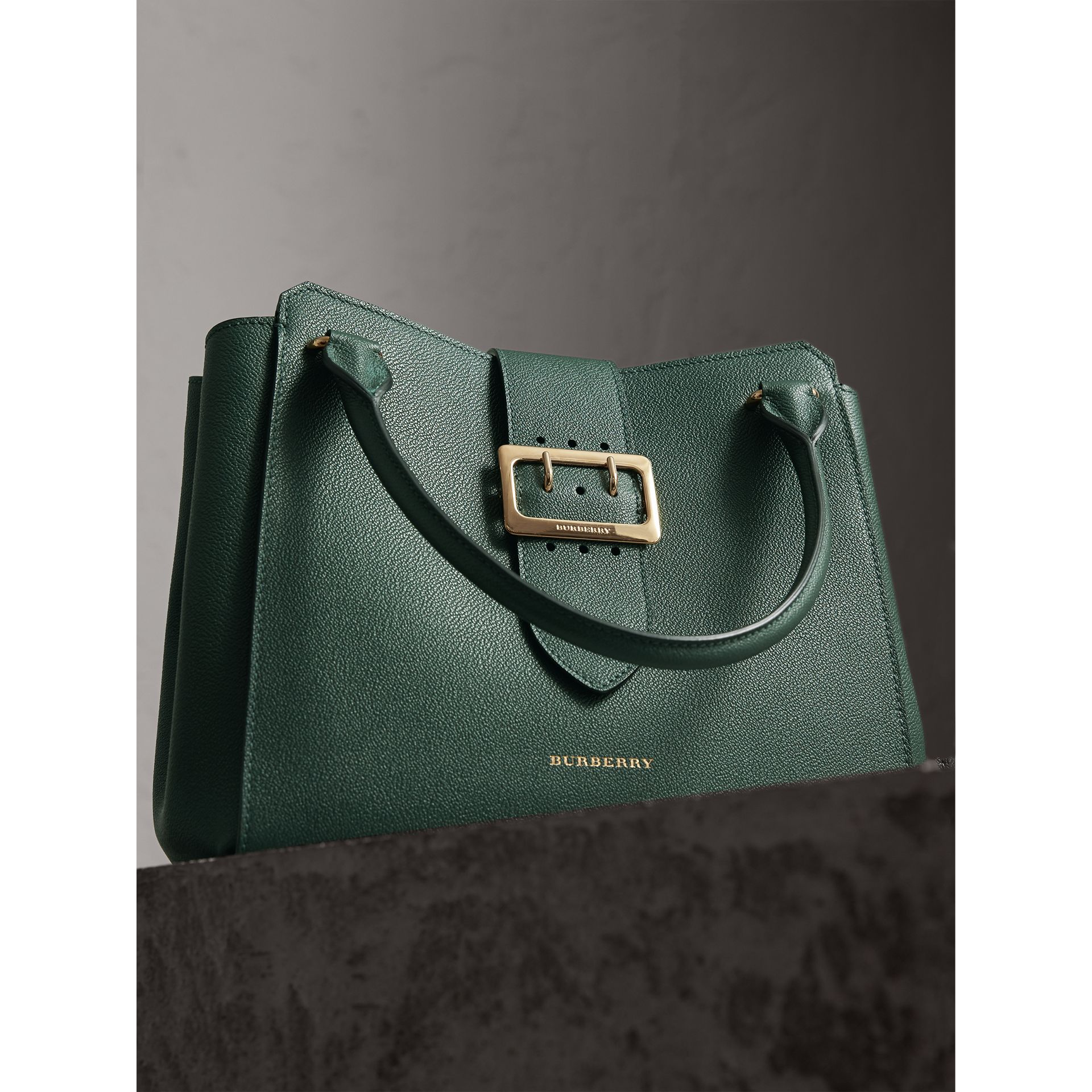 Sac tote The Buckle moyen en cuir grainé (Vert Marin) - Femme | Burberry - photo de la galerie 6