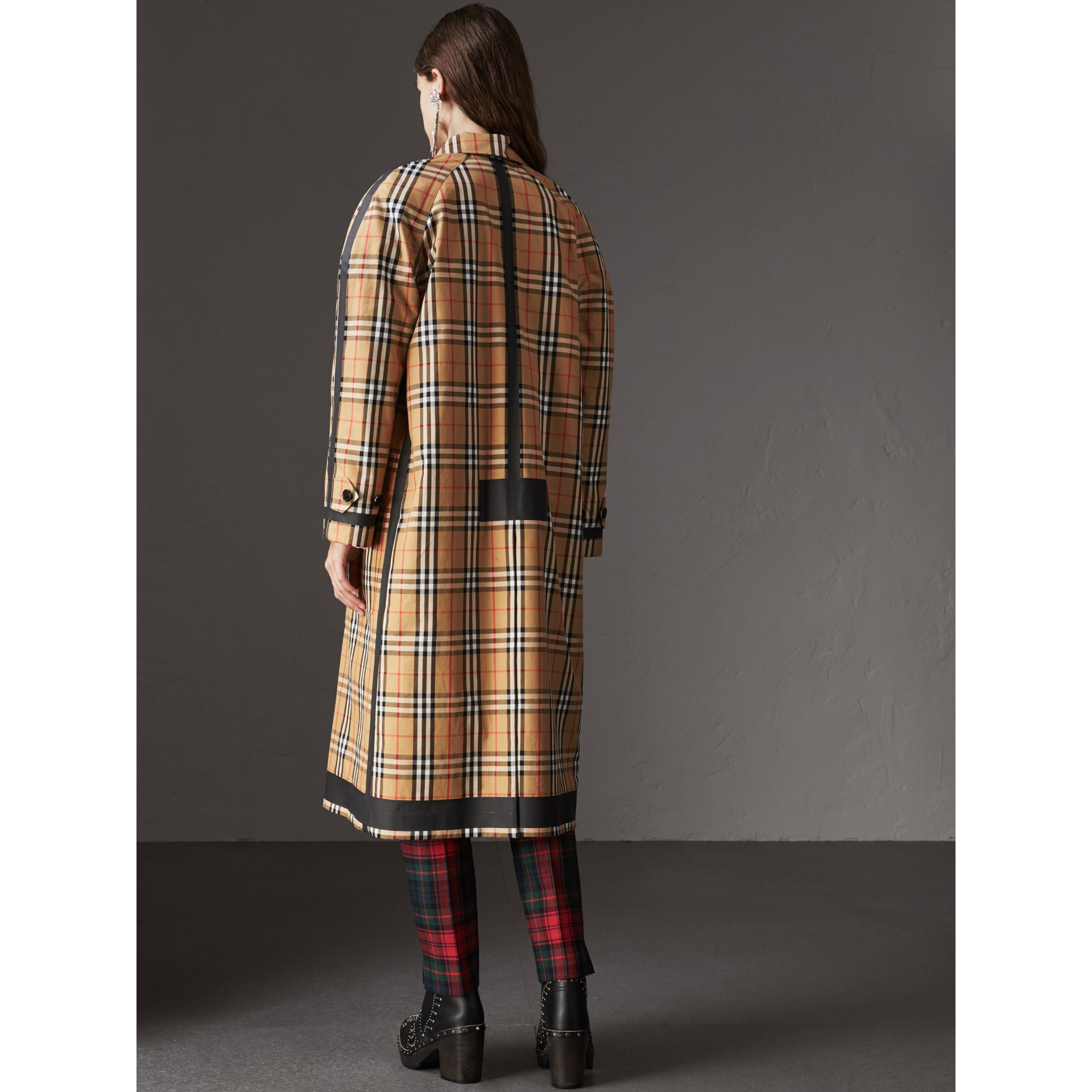 Cappotto car coat double face in gabardine con motivo Vintage check (Giallo Antico) - Donna | Burberry - immagine della galleria 3