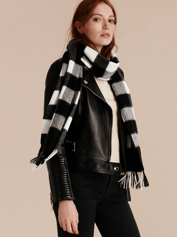 The Large Classic Cashmere Scarf in Check in Black | Burberry - cell image 2