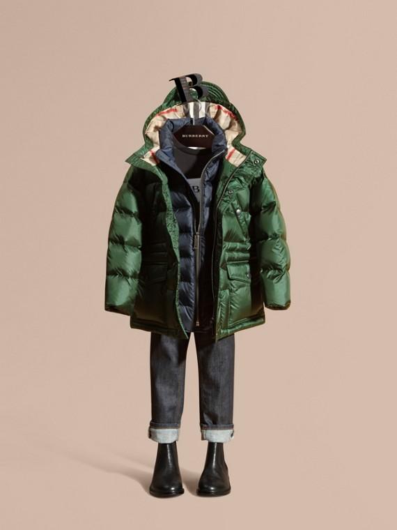 Abrigo acolchado con relleno de plumón y capucha