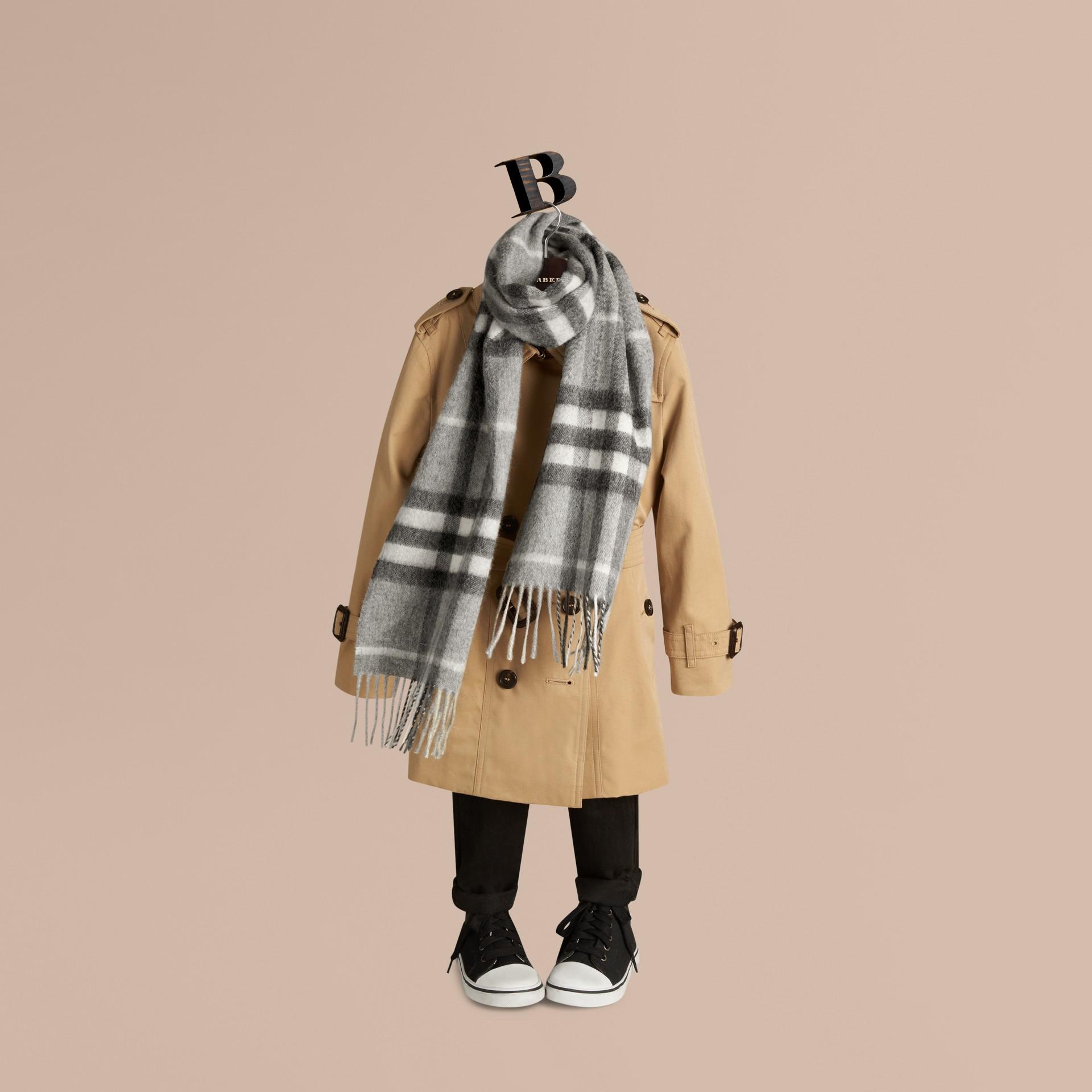 Gris pâle Mini écharpe classique en cachemire à motif check Gris Pâle - photo de la galerie 3