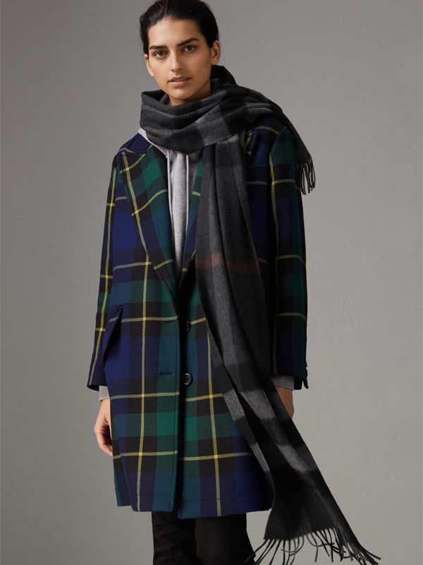 The Large Classic Cashmere Scarf in Check in Charcoal | Burberry United Kingdom - cell image 2