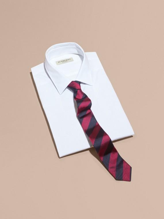 Узкий галстук в полоску Фуксия