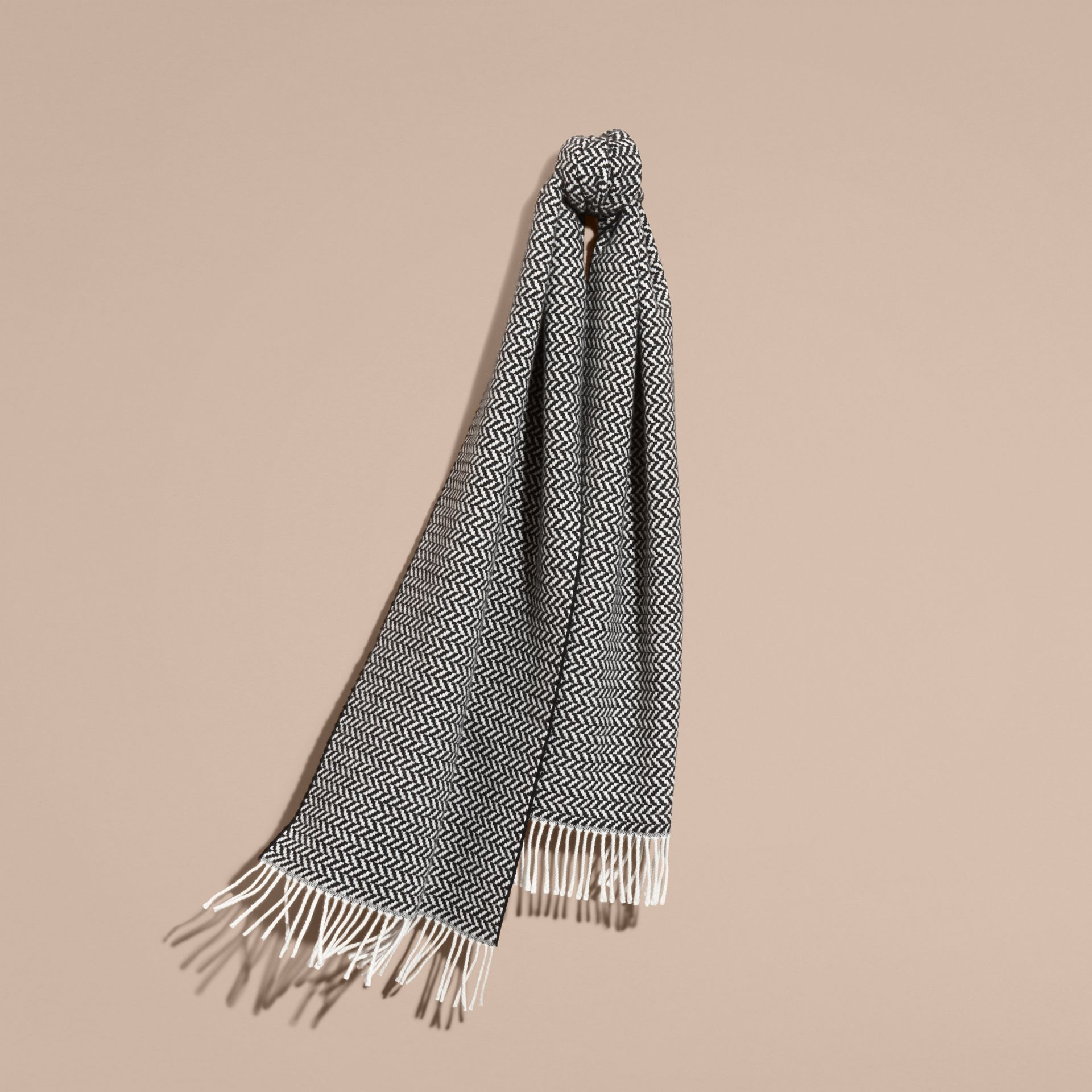 ブラック/ホワイト チャンキーヘリンボーン ウールカシミア スカーフ - ギャラリーイメージ 1