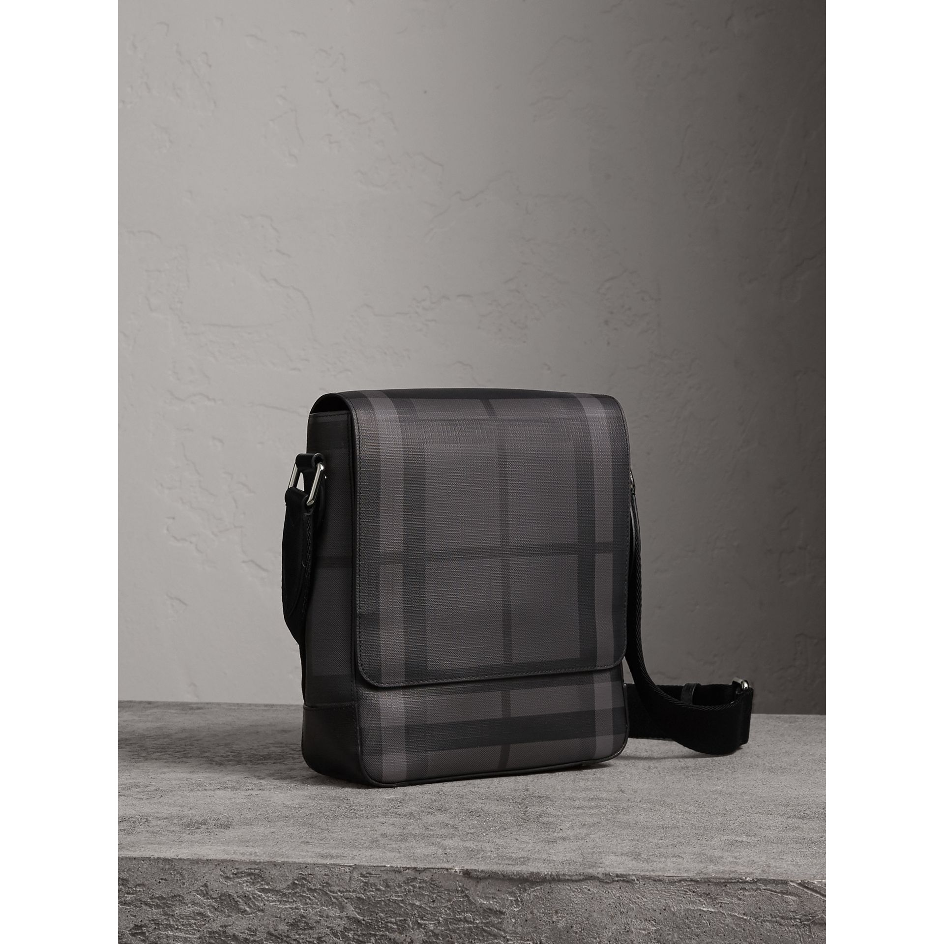 Sac à bandoulière avec motif London check (Anthracite/noir) - Homme | Burberry - photo de la galerie 5