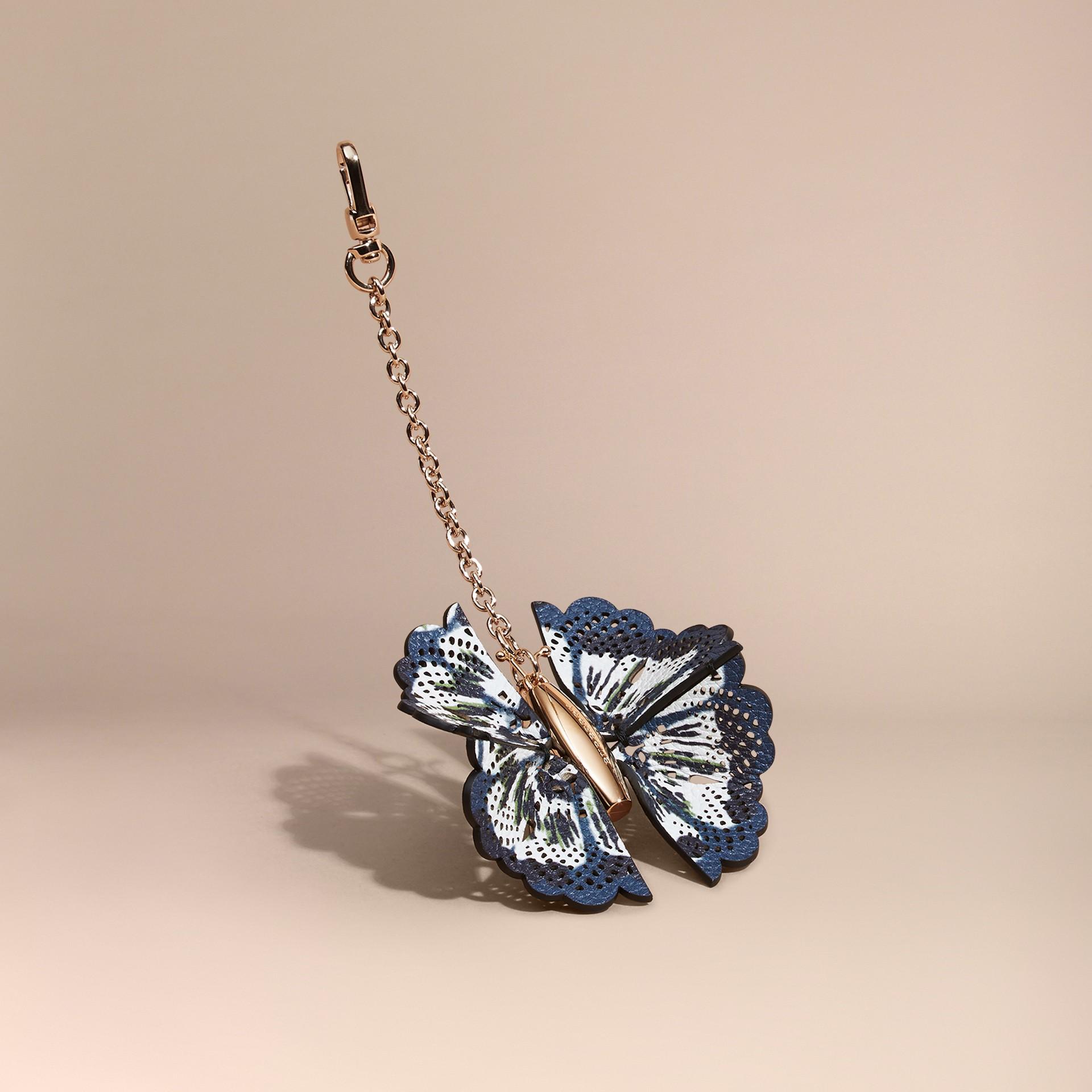 Blu ceruleo intenso/navy brillante Ciondolo a forma di farfalla con pelle stampata tipo tintura a riserva Blu Ceruleo Intenso/navy Brillante - immagine della galleria 1