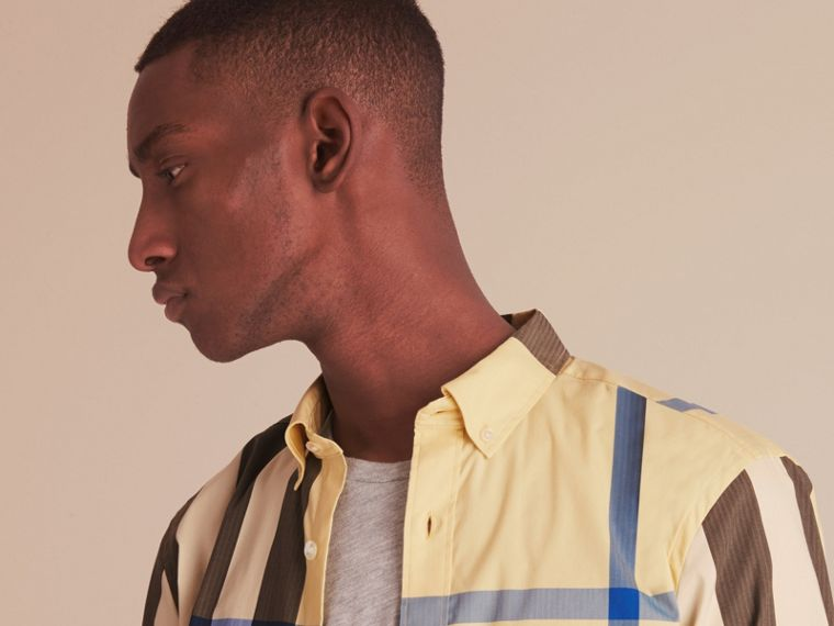 Camicia in misto cotone stretch con motivo tartan e colletto button-down (Giallo Pallido) - Uomo | Burberry - cell image 4