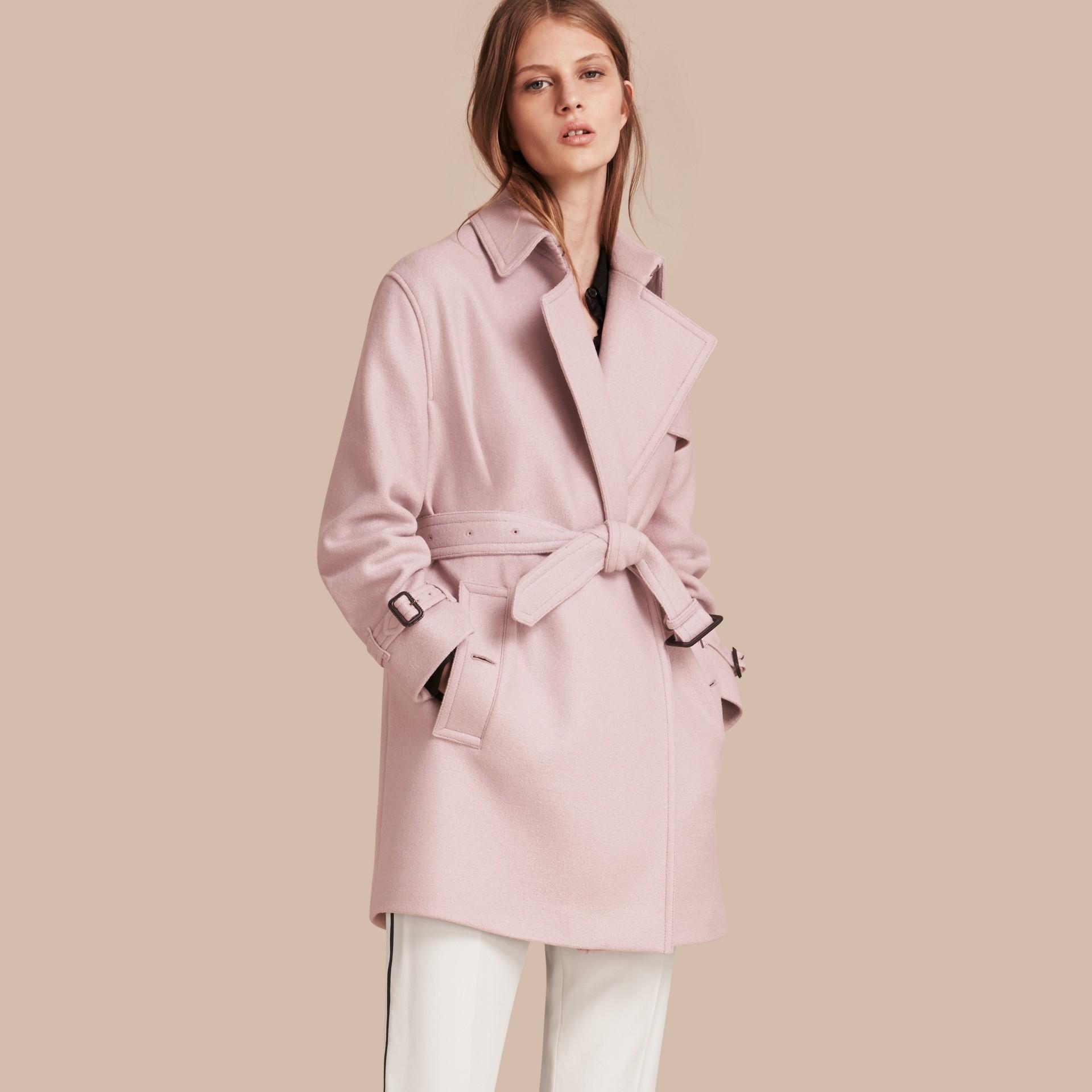 淡紫色 羊毛裹身風衣 - 圖庫照片 1