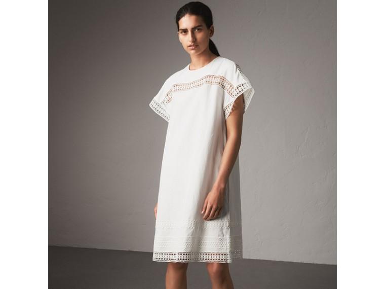 Vestido de seda com mangas curtas e detalhe de renda macramê (Branco) - Mulheres | Burberry - cell image 4