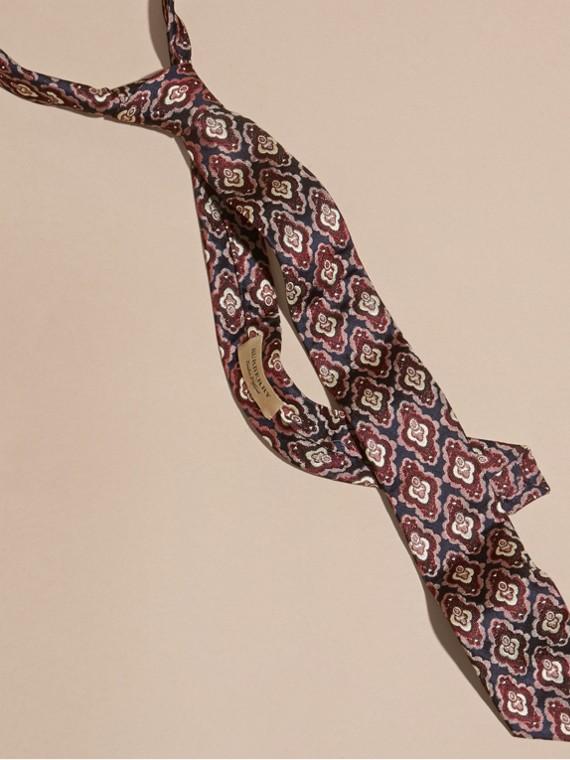 Schmal geschnittene Krawatte aus dekorativem Seidenjacquard Burgunderrot
